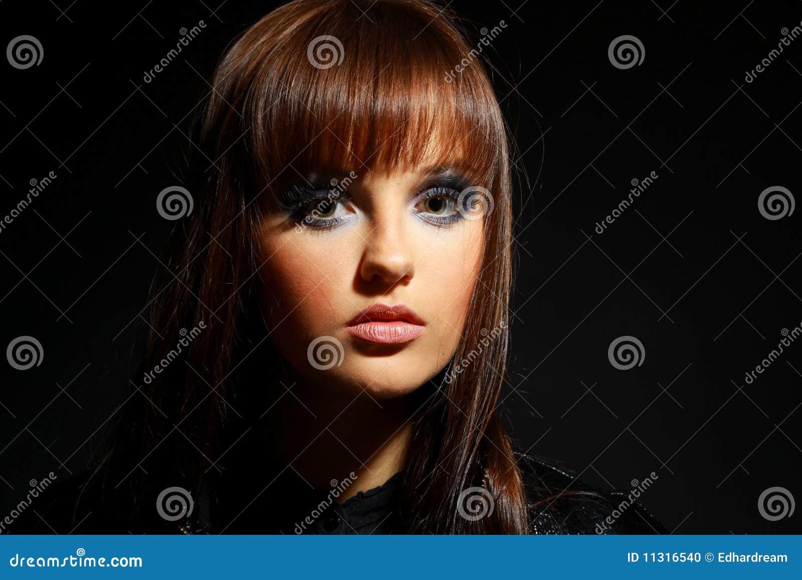 Junge Frau des schwarzen Haares