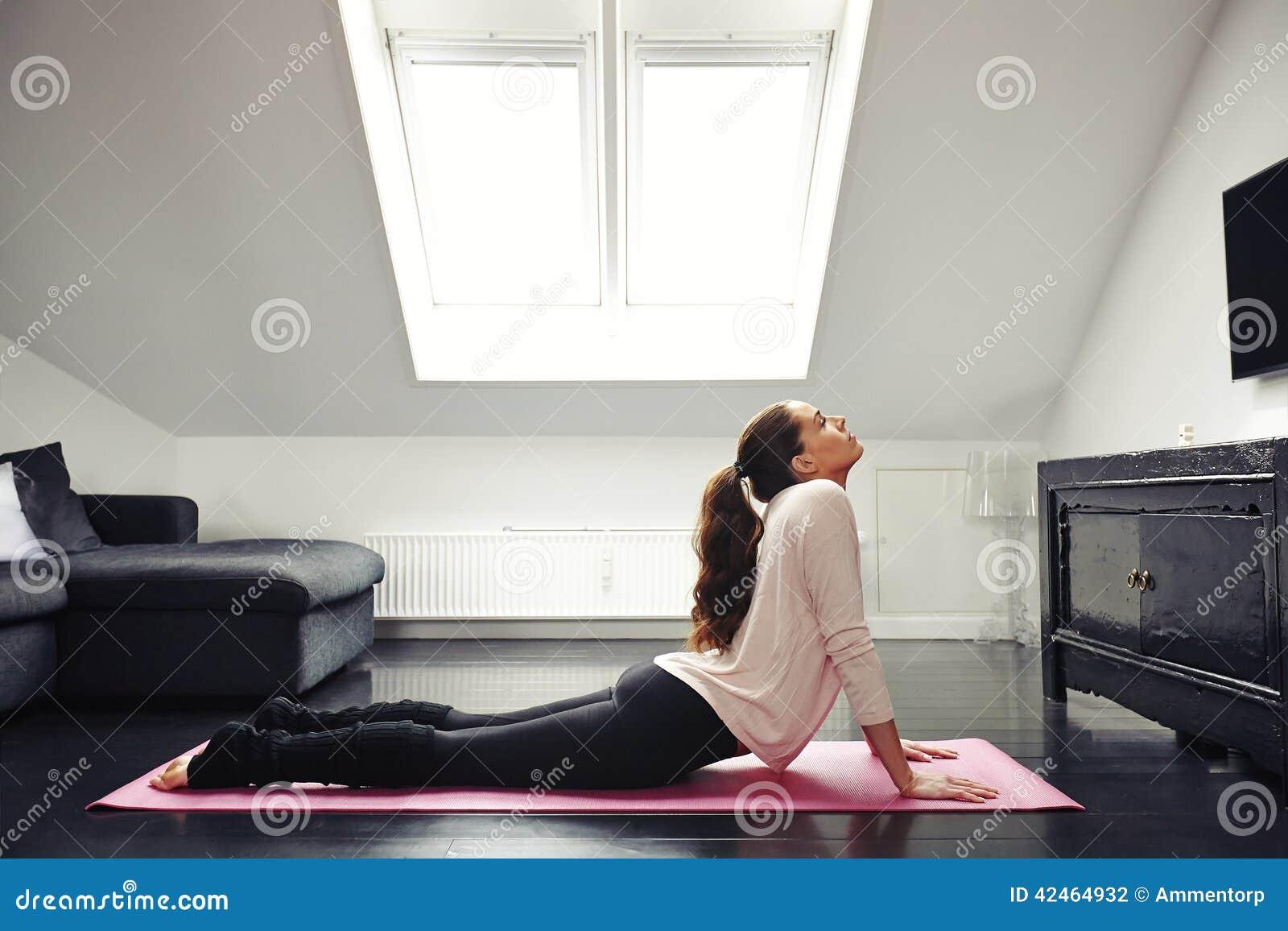 Junge Frau, die auf Boden trainiert