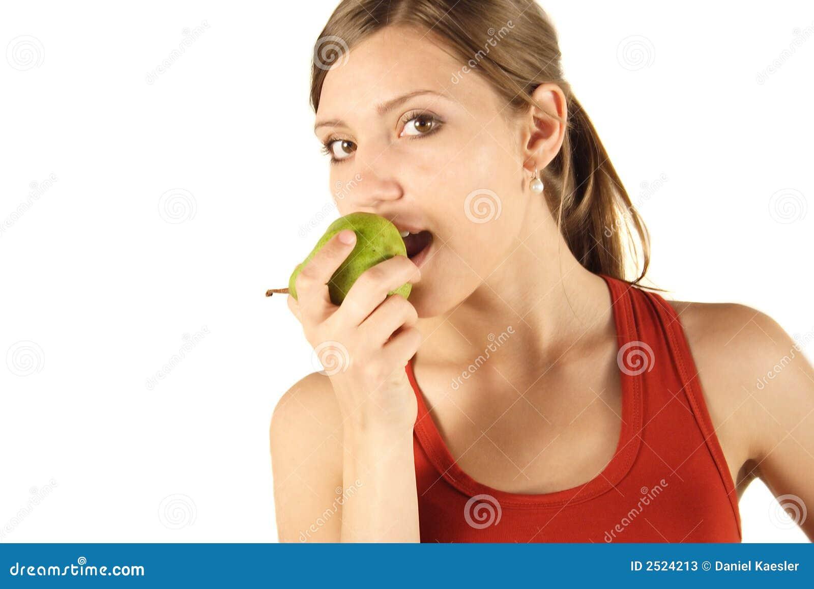 Junge Frau, die Birne isst