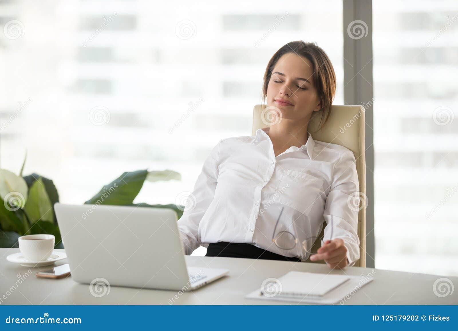Junge Frau, die Bruch auf bequemem ergonomischem weg genießend sich entspannt
