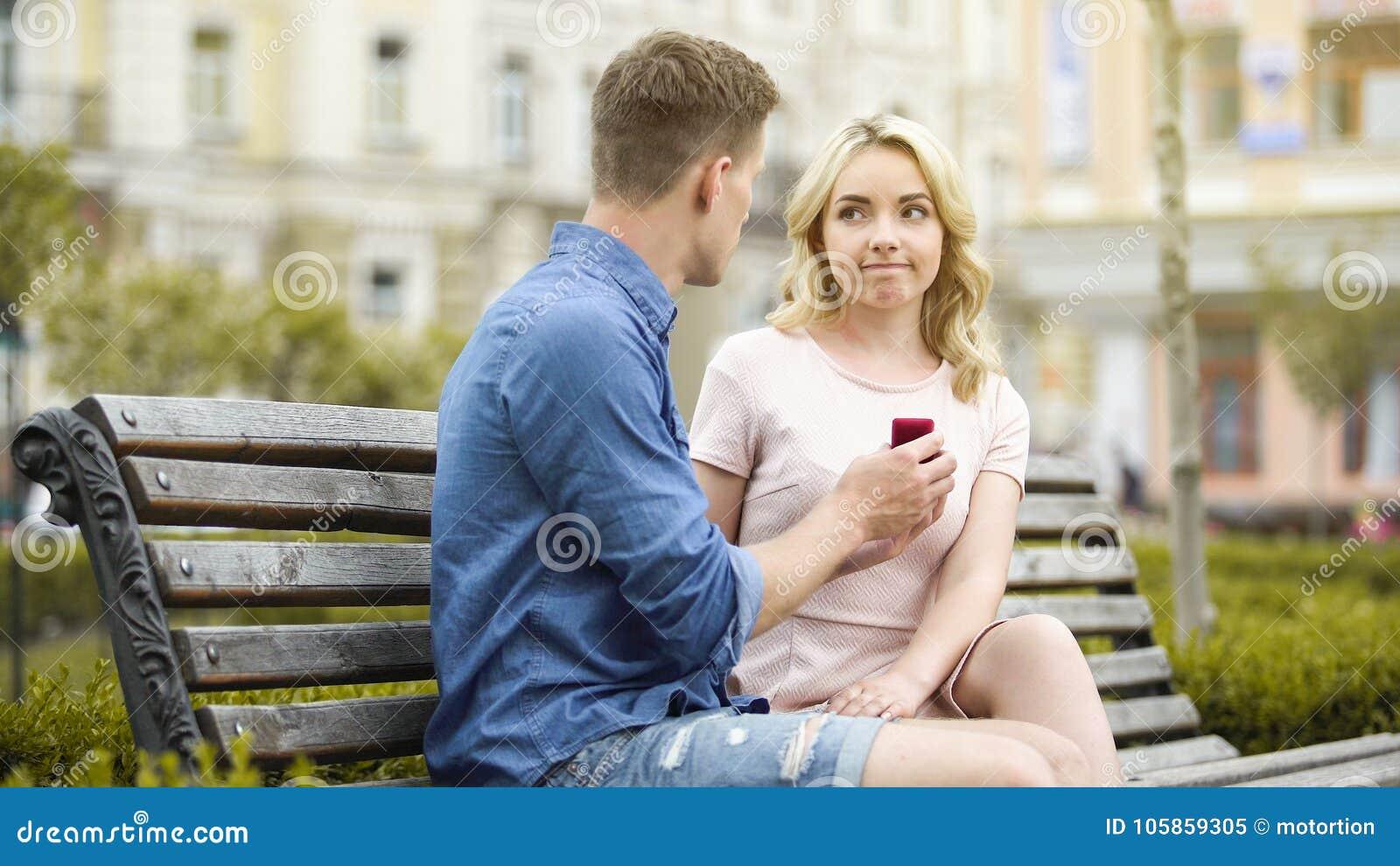 Junge Frau Die Den Freundantrag Enttauscht Uber Verlobungsring