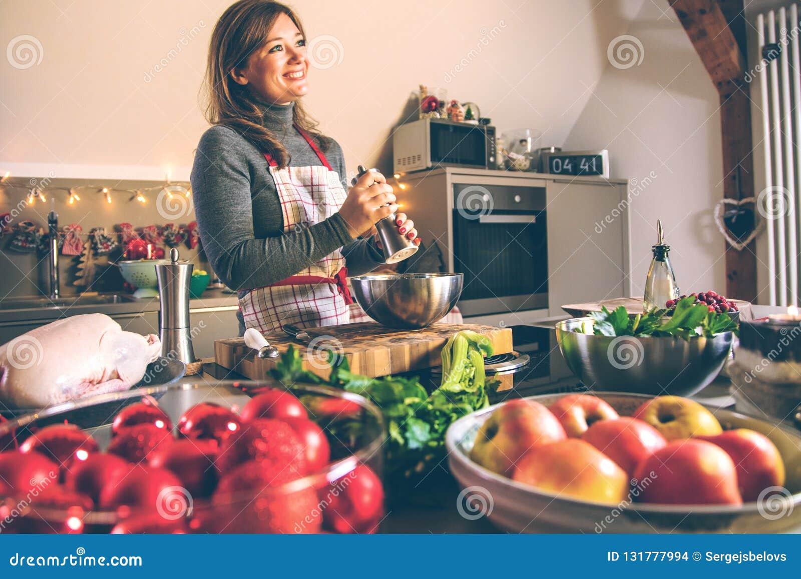 Junge Frau, die in der Küche kocht Gesunde Nahrung für Weihnachten angefüllte Ente oder Gans