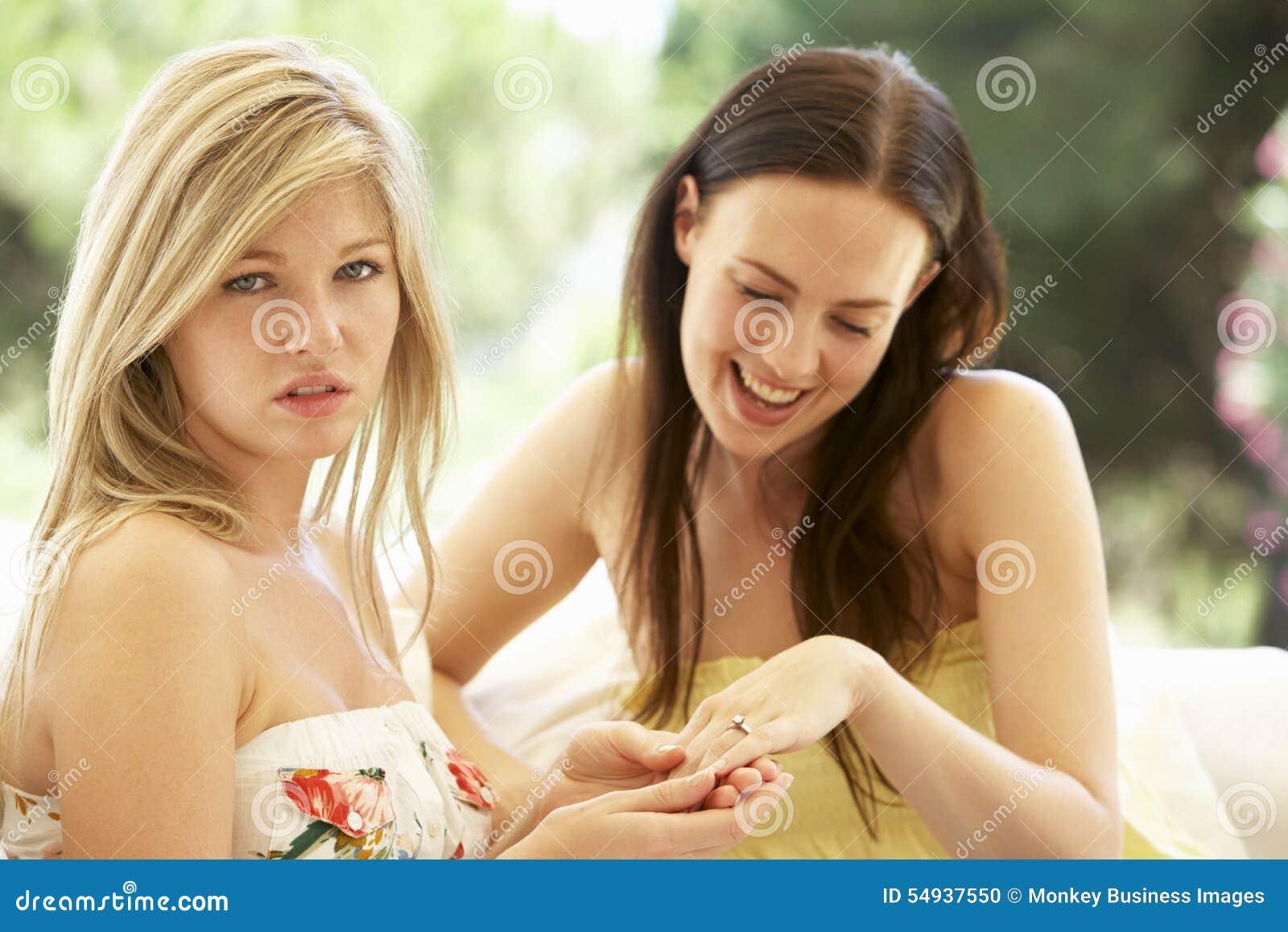 Junge Frau Die Eifersuchtigen Freund Verlobungsring Zeigt Stockfoto