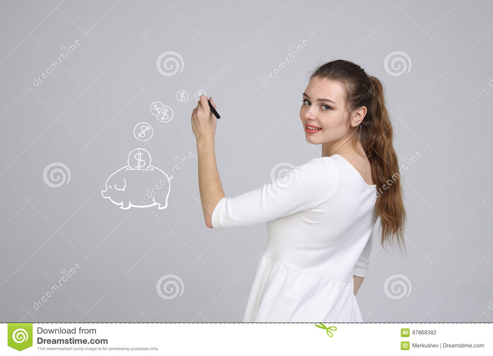 Junge Frau, die ein Sparschwein zeichnet
