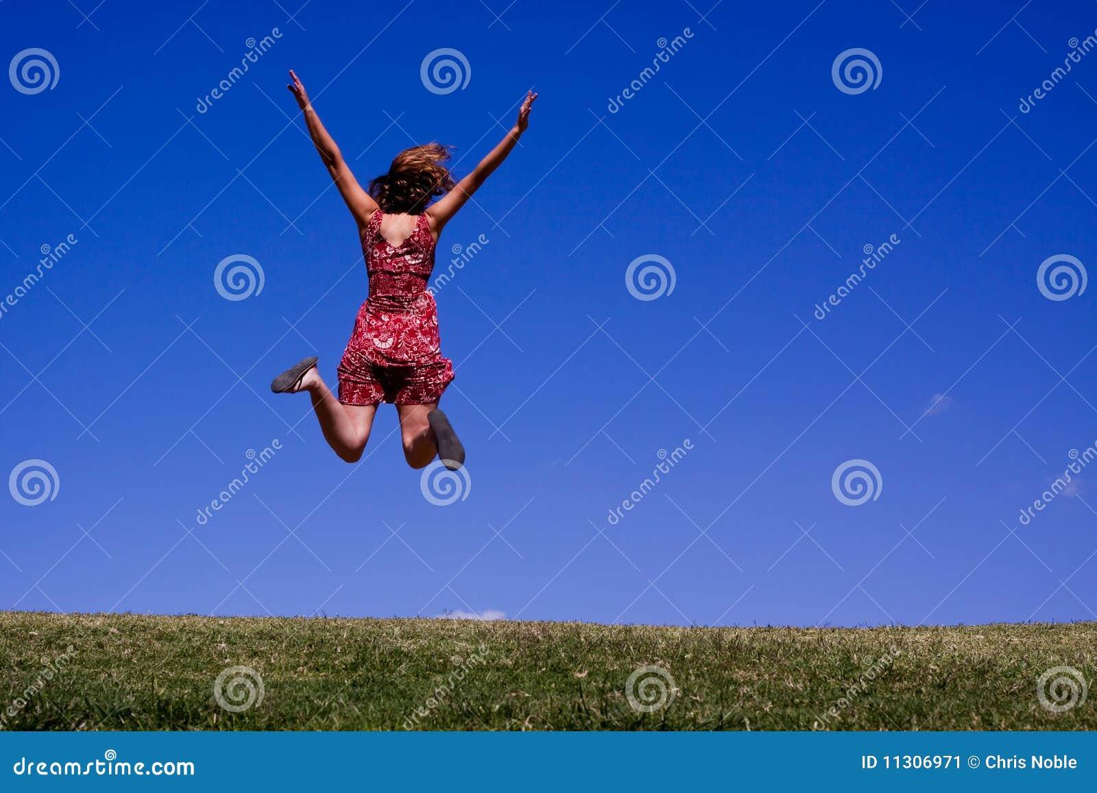 Junge Frau, die für Freude springt!