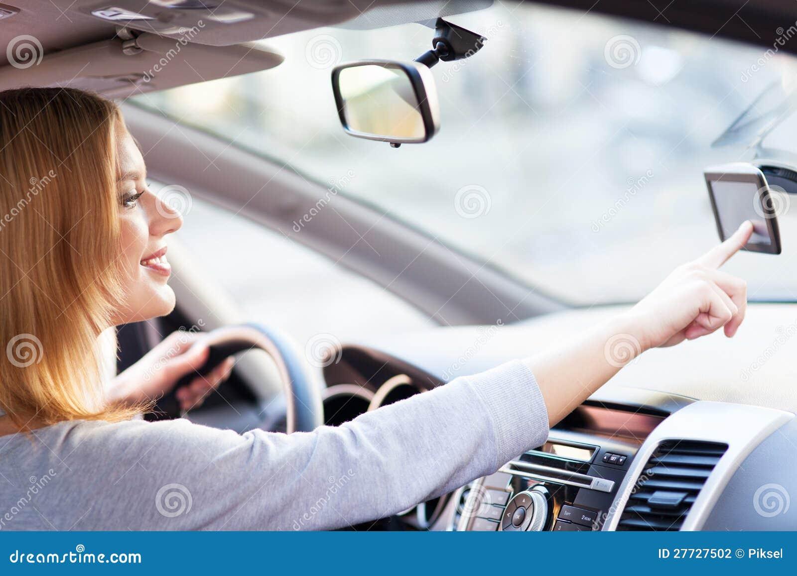 Junge Frau, die GPS verwendet
