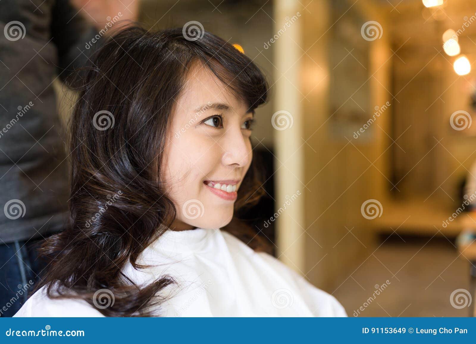 Junge Frau Die Haar Schneiden Lasst Im Salon Stockbild Bild Von