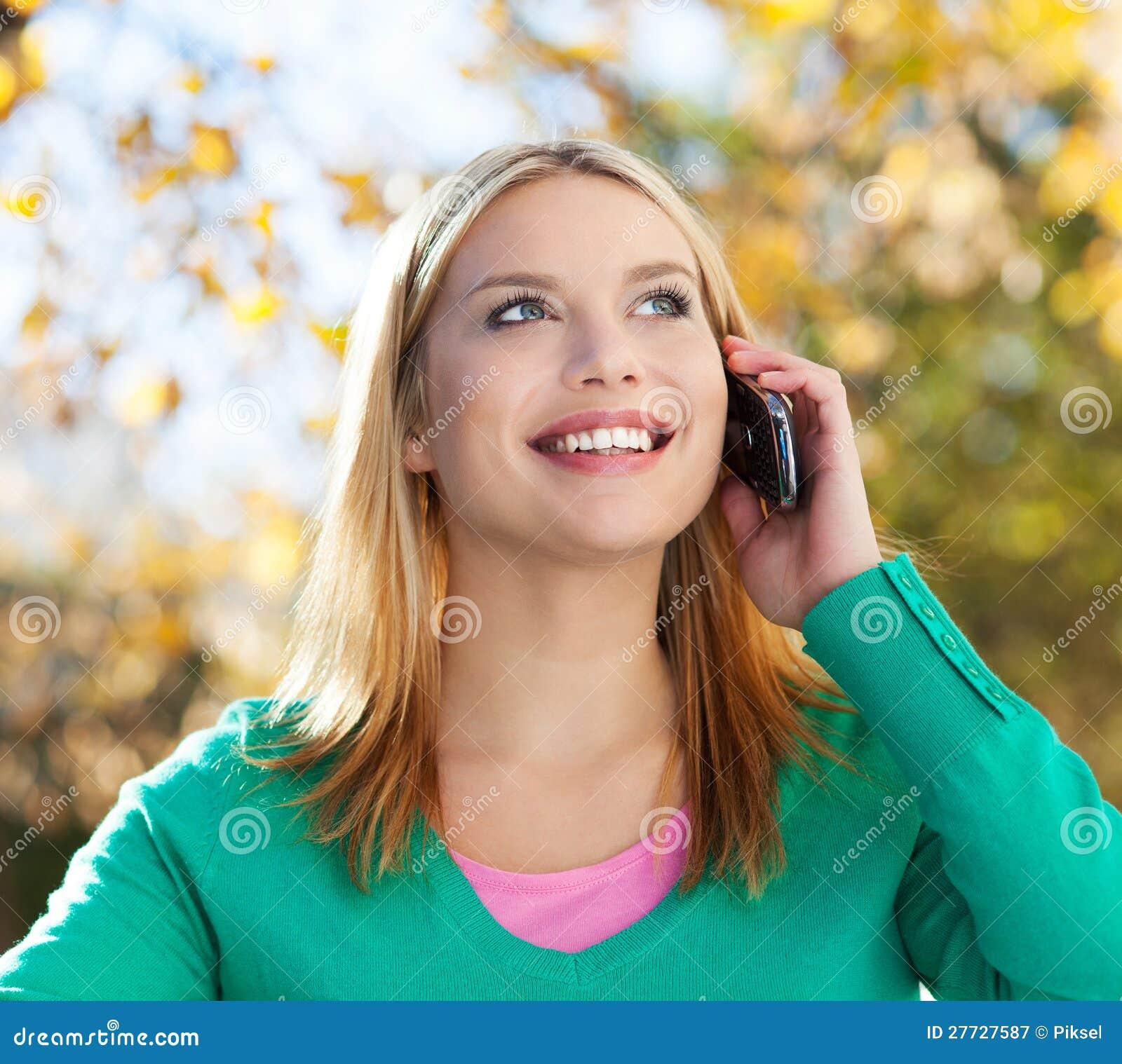 Junge Frau, die Handy verwendet