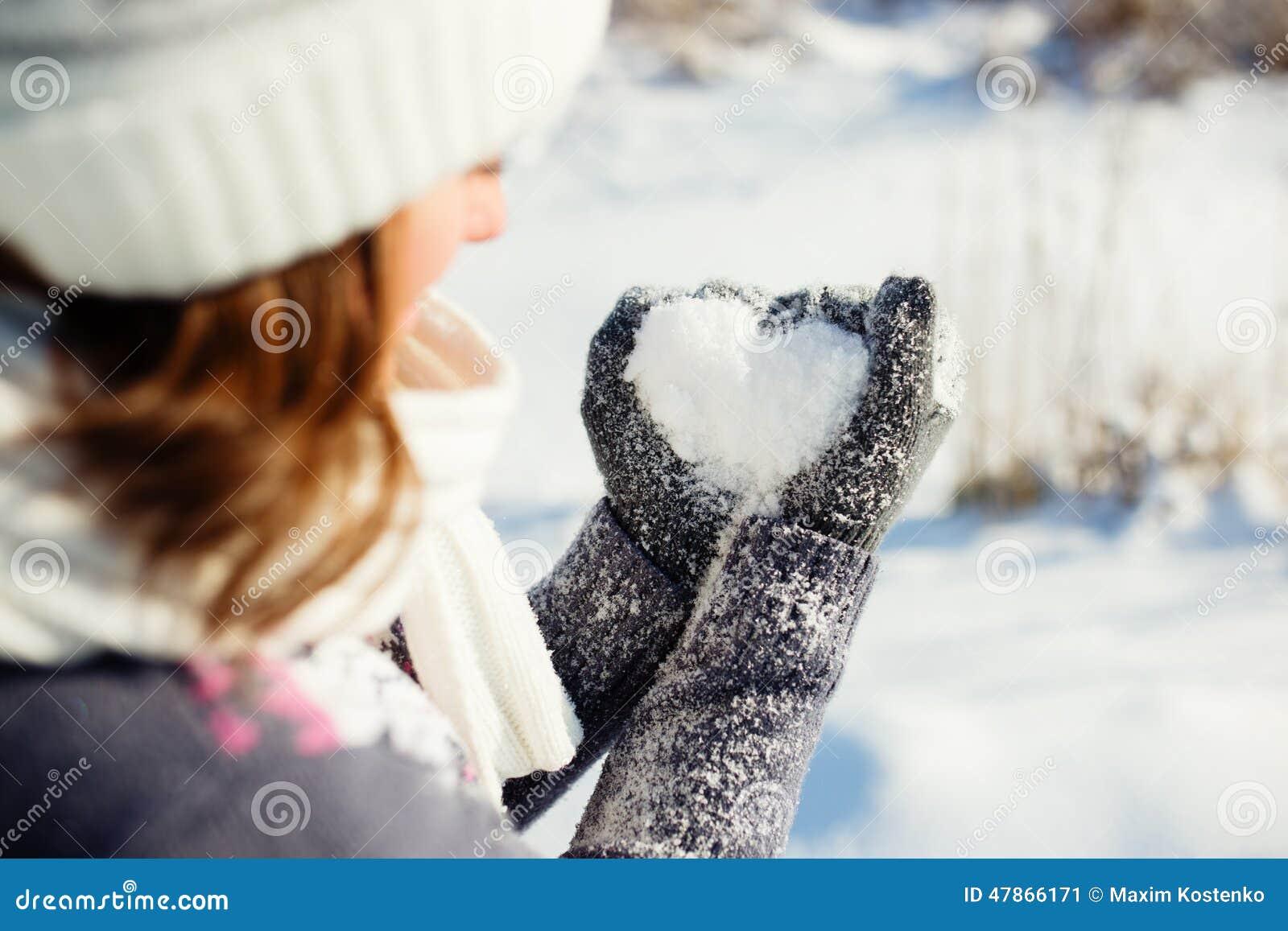 Junge Frau, die Herzsymbol macht