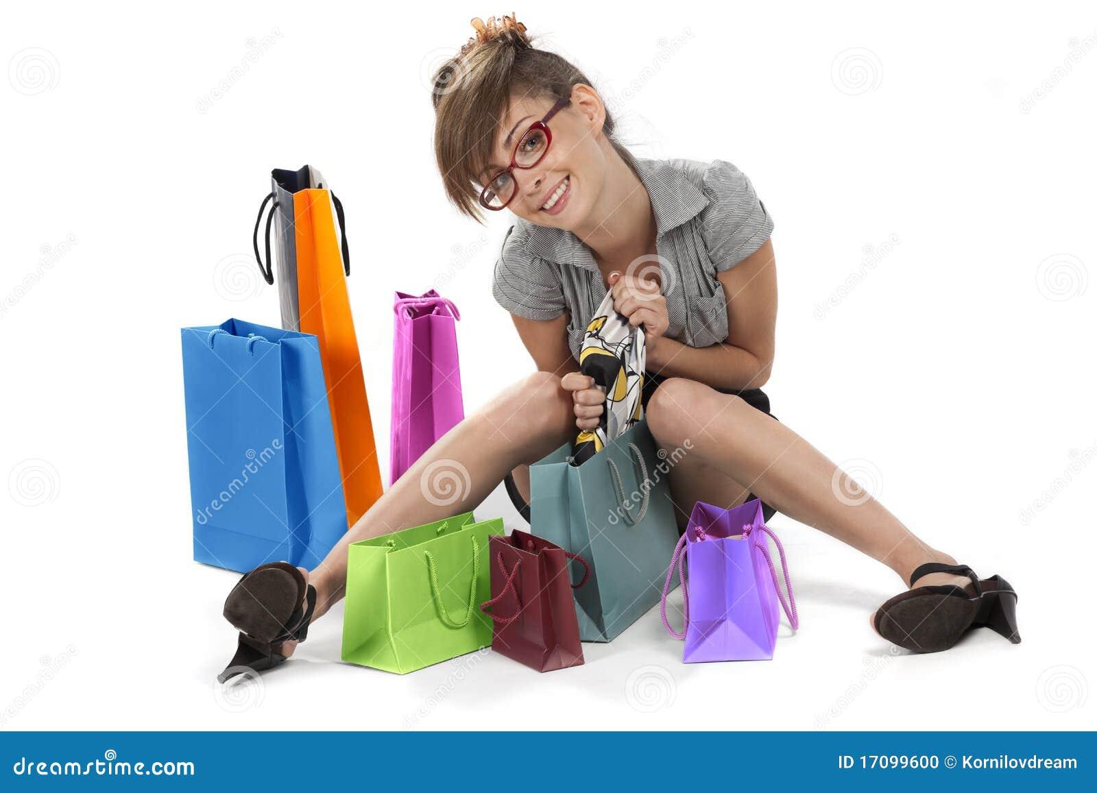 Junge Frau, die ihr Einkaufen bewundert