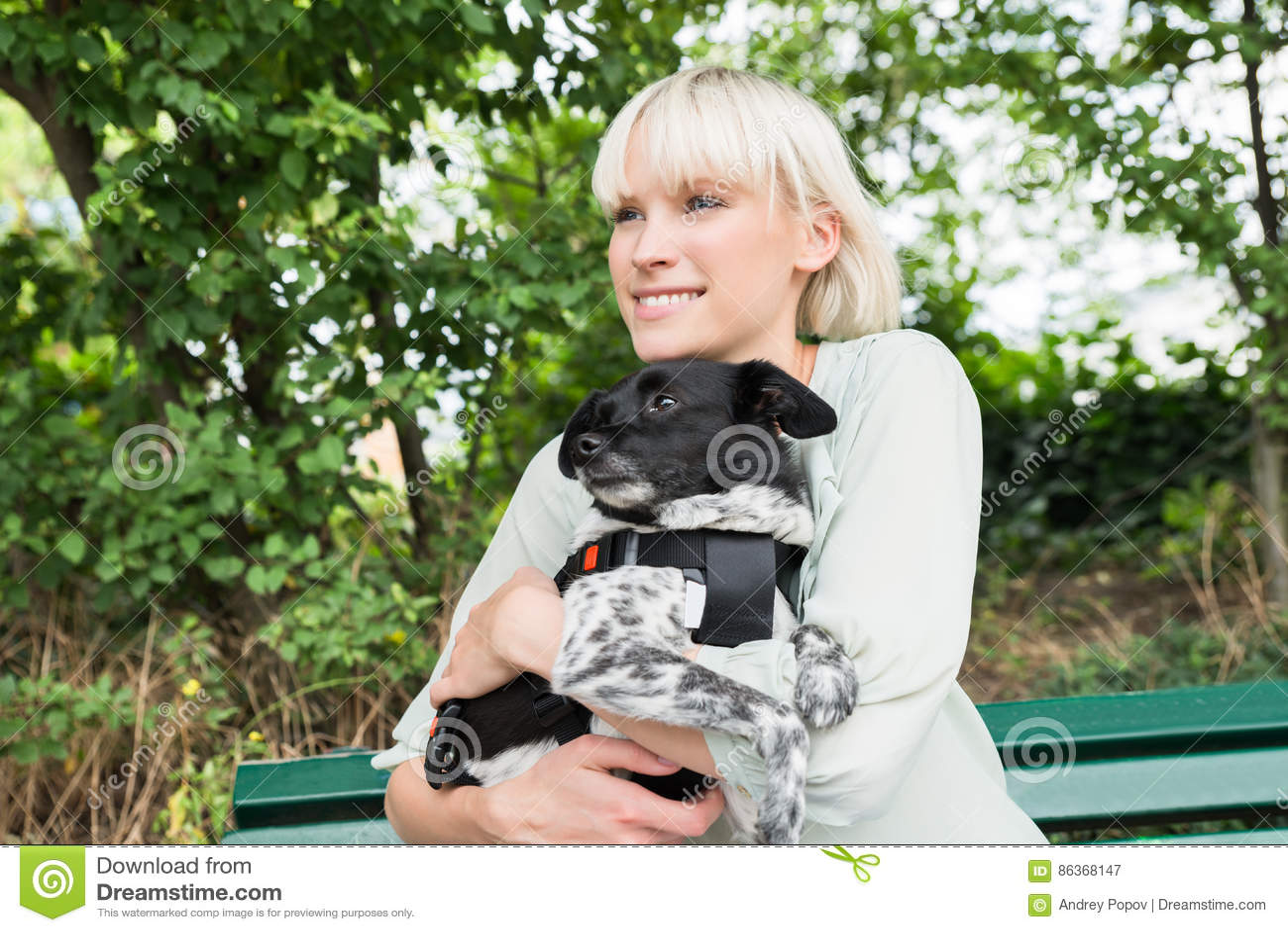 Junge Frau, die ihren Hund umarmt