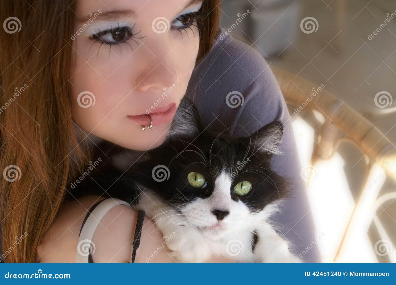 Junge Frau, die Katze hält