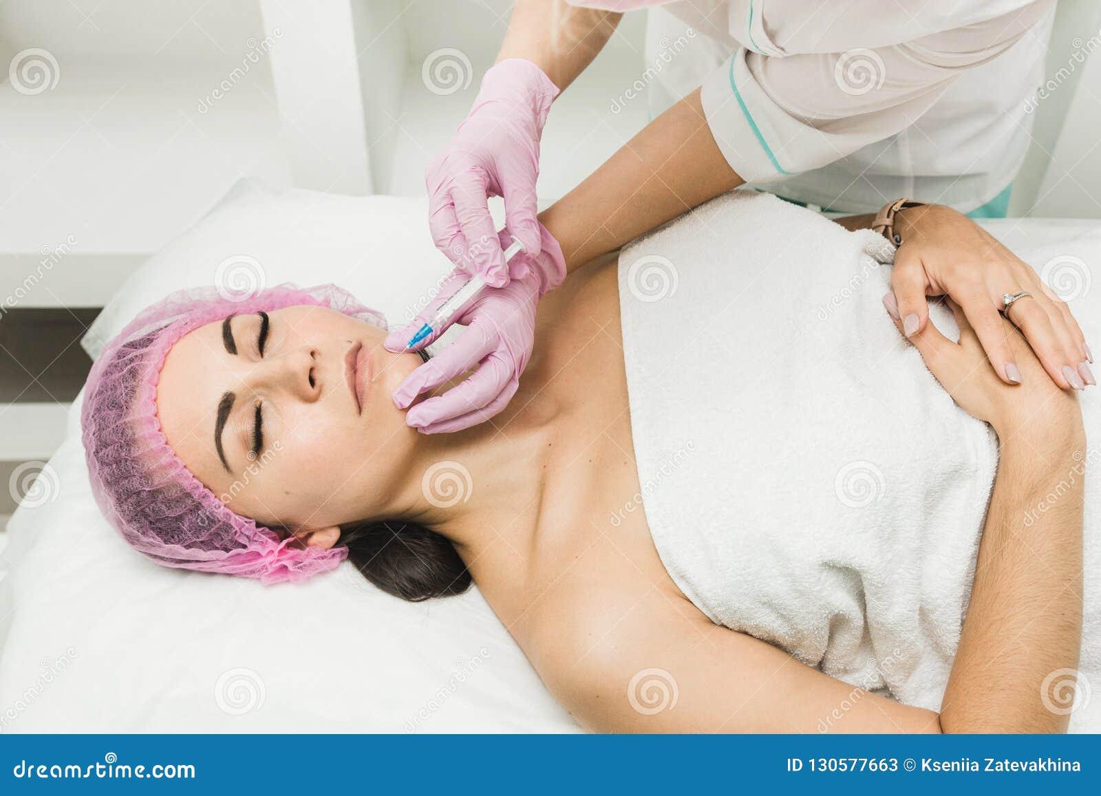 Junge Frau, die kosmetische Einspritzung in der Schönheitsklinik erhält
