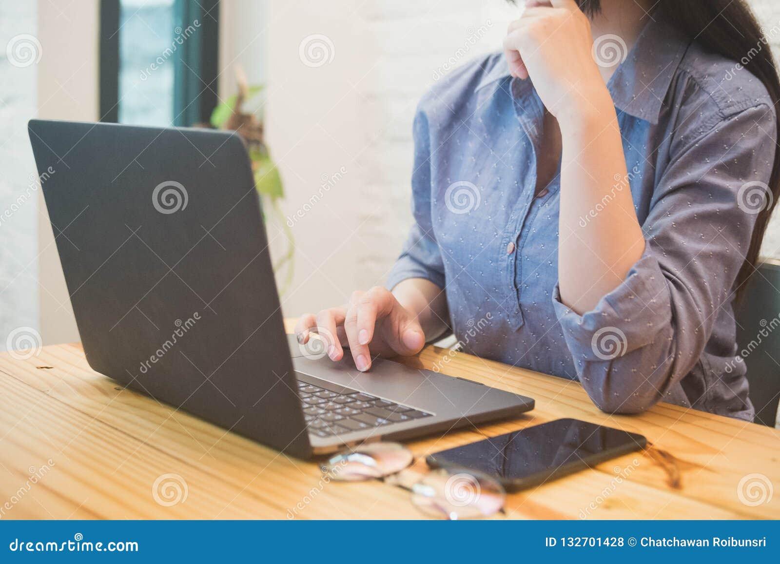 Junge Frau, die an Laptop im Café arbeitet Konzept der berufstätigen Frau
