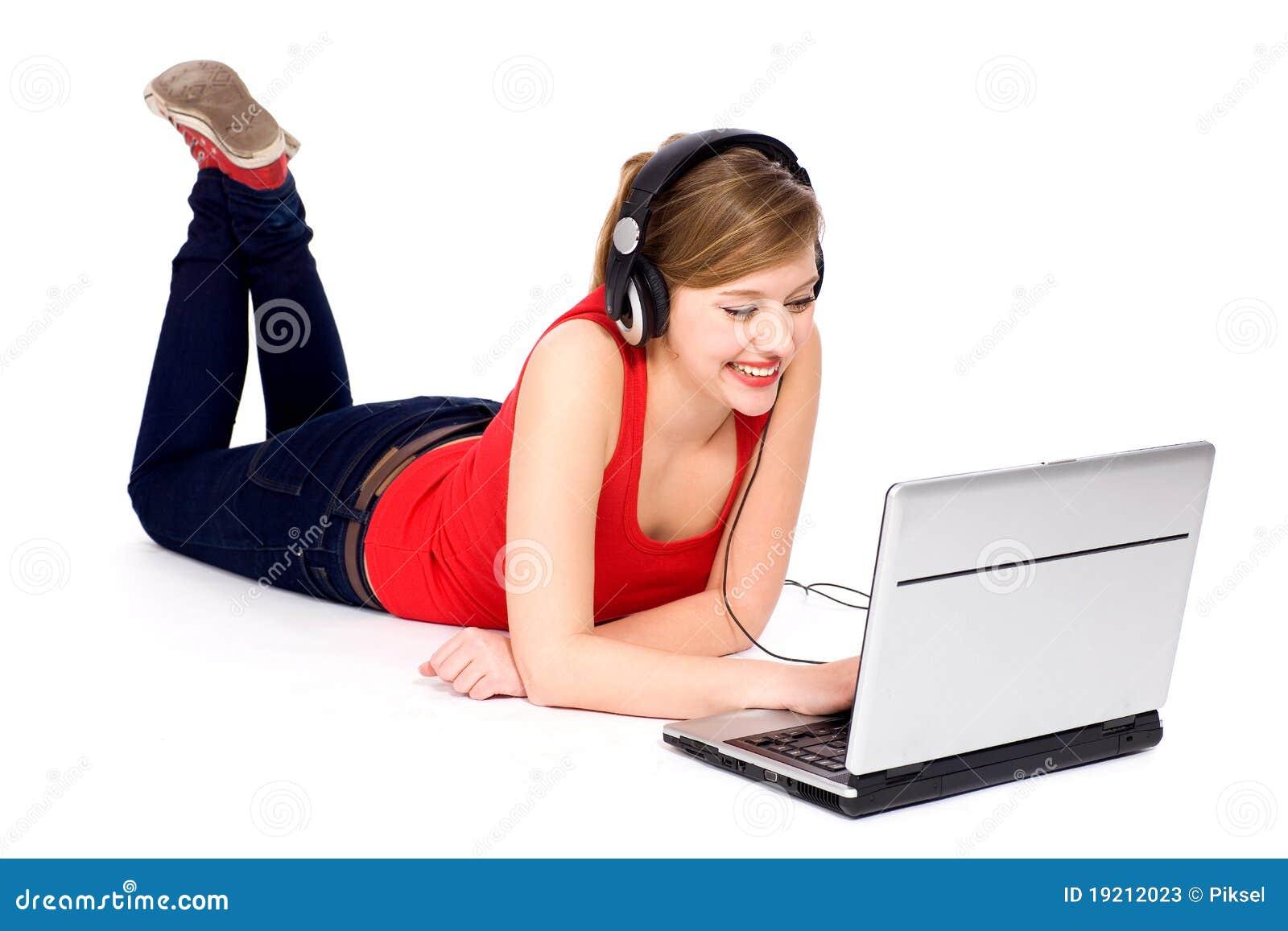 Junge Frau, die Laptop verwendet