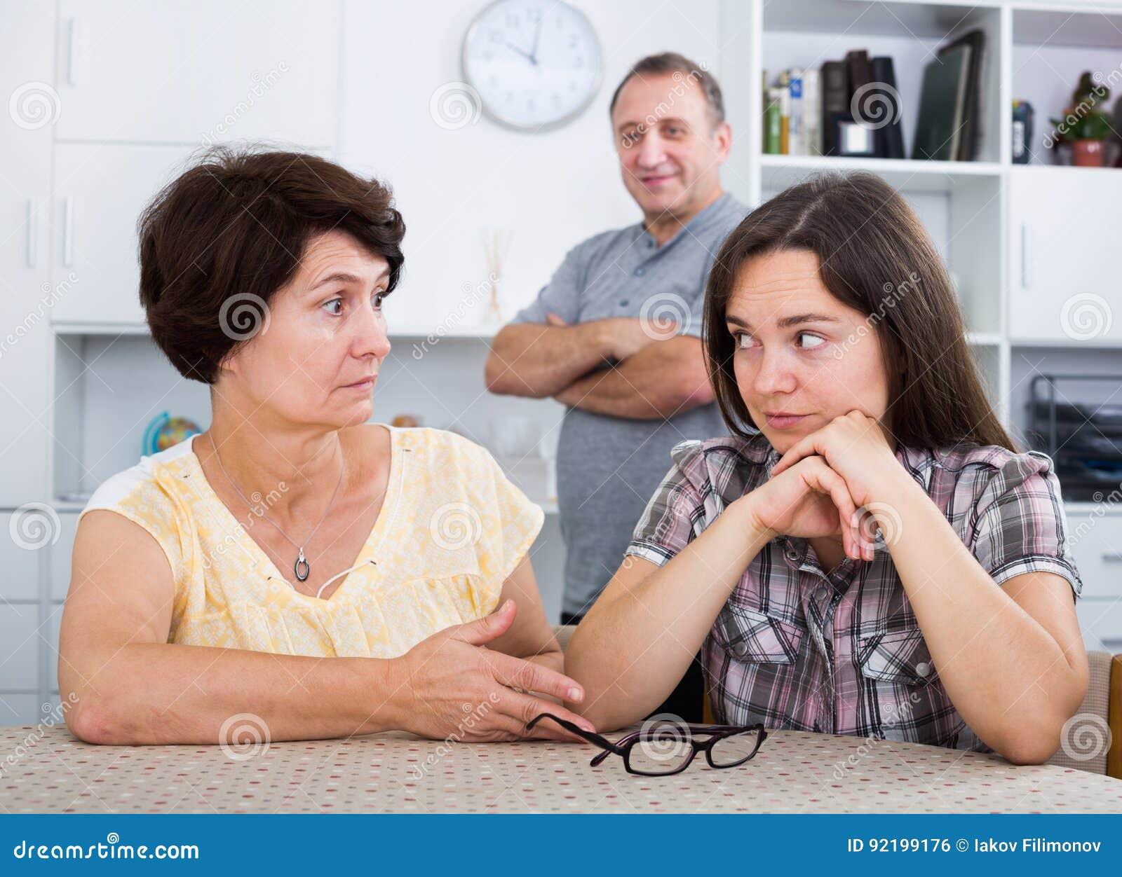 Junge Frau, Die Mit Reifen Eltern Spricht Stockfoto - Bild
