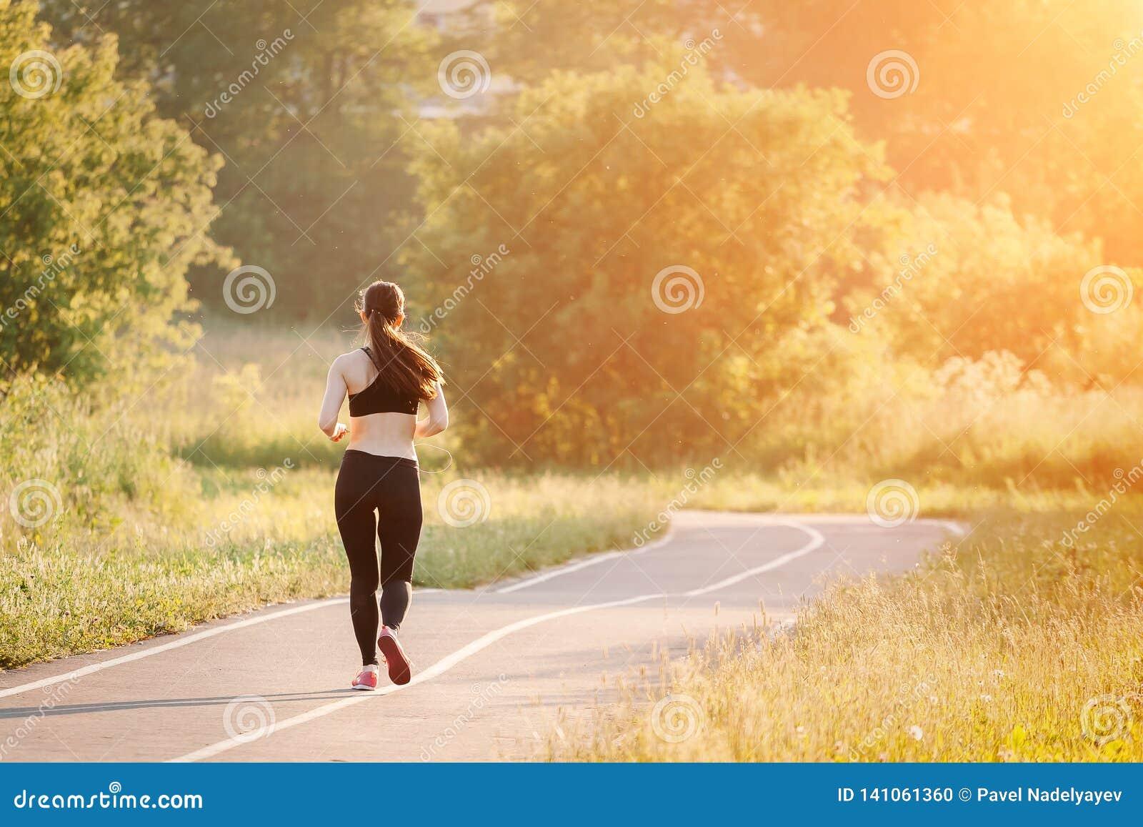 Junge Frau, die in Park läuft