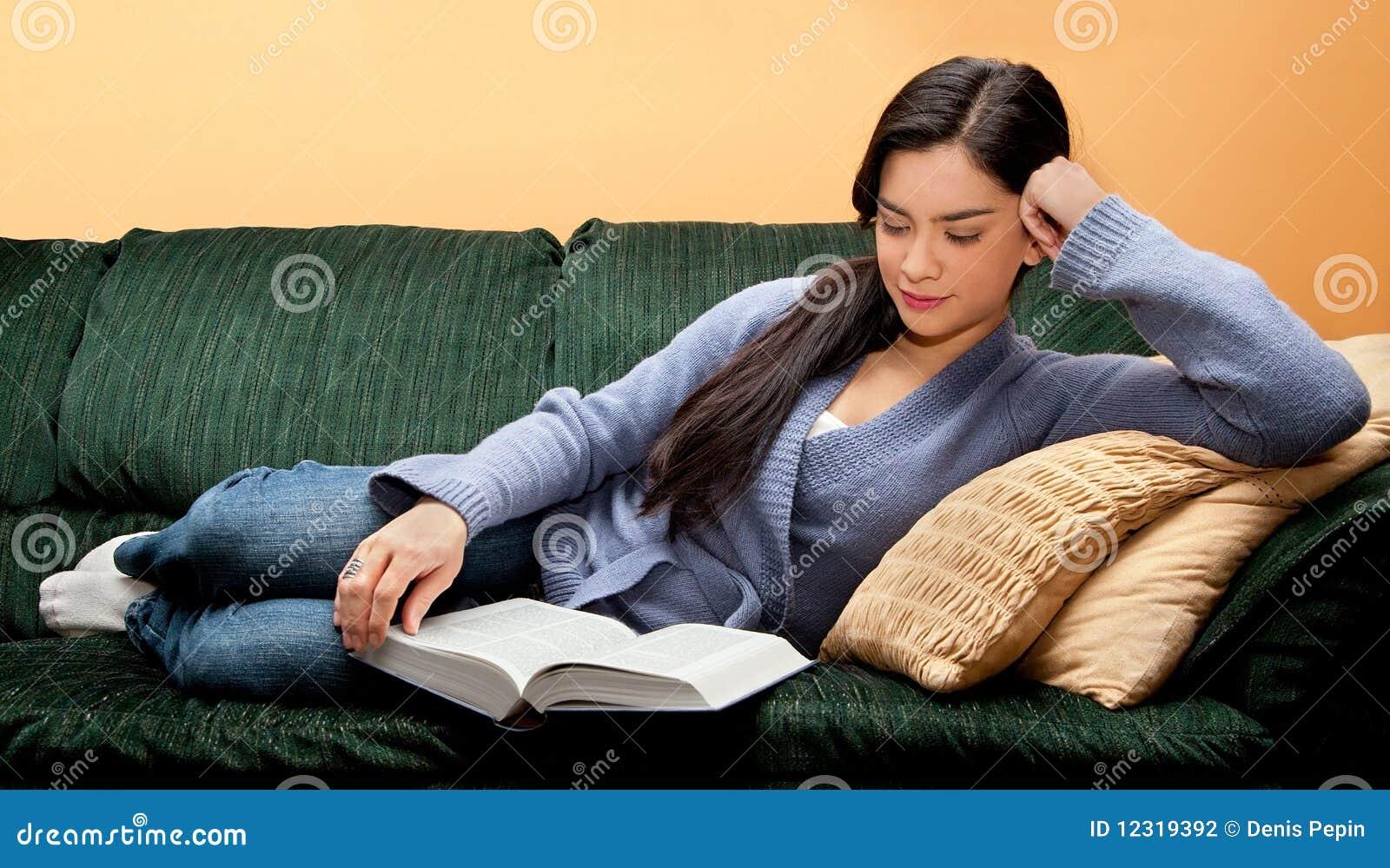 junge frau die sich auf sofa und lesebuch hinlegt stockfotografie bild 12319392. Black Bedroom Furniture Sets. Home Design Ideas