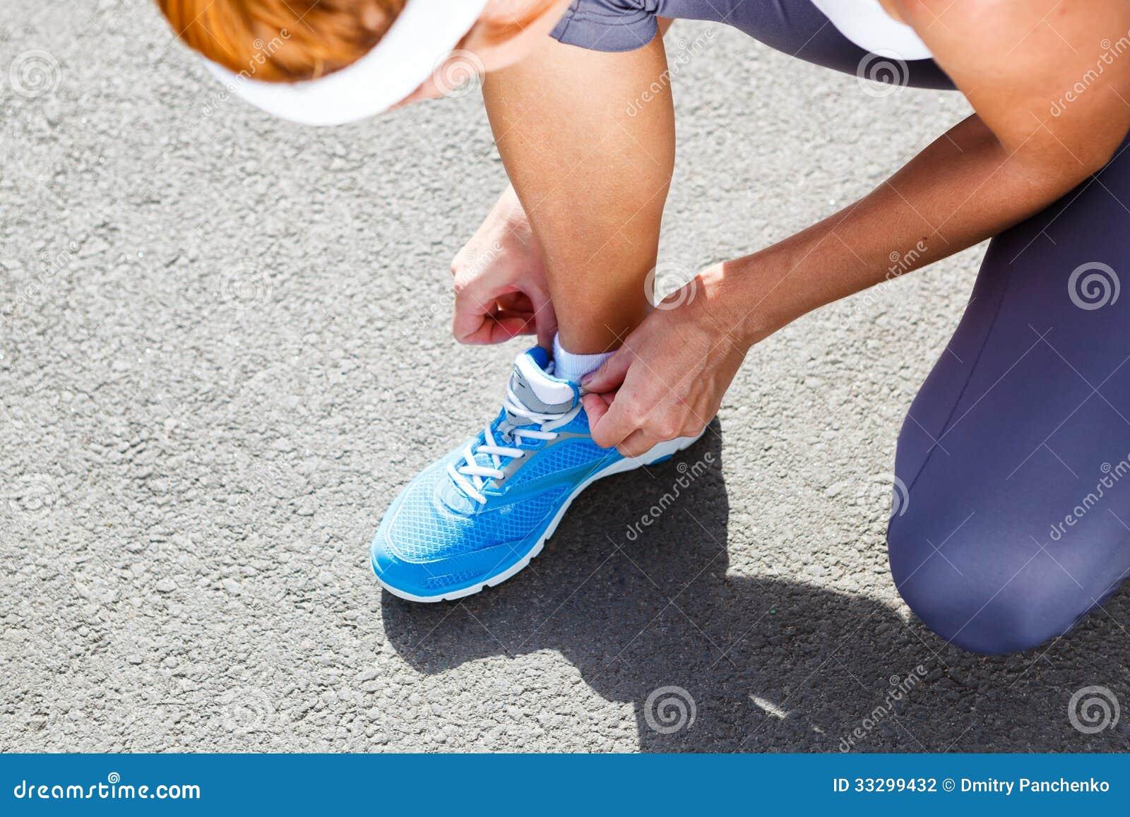 Junge Frau, Die Sport Schuhe Bindet. Stockfoto Bild von