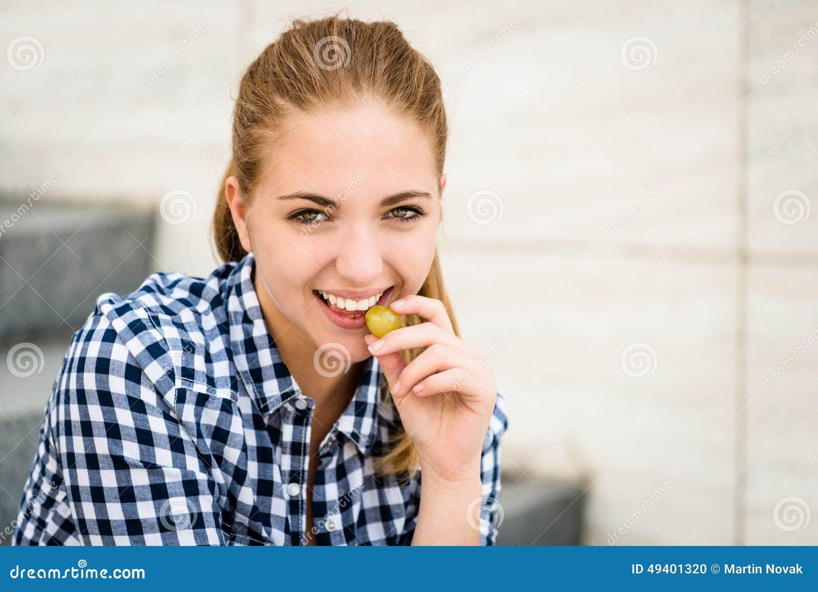 Download Junge Frau, Die Trauben Isst Lokalisiert Auf Weiß Stockfoto - Bild von frucht, bissen: 49401320