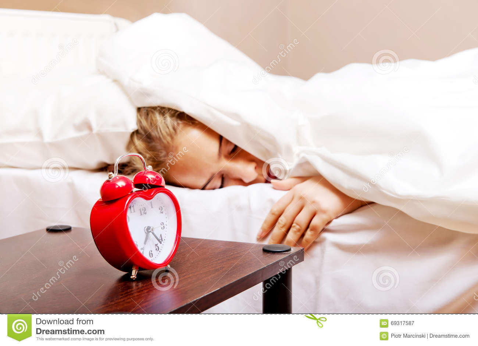 Junge Frau, Die Versucht Wenn Weckerklingeln Zu Schlafen