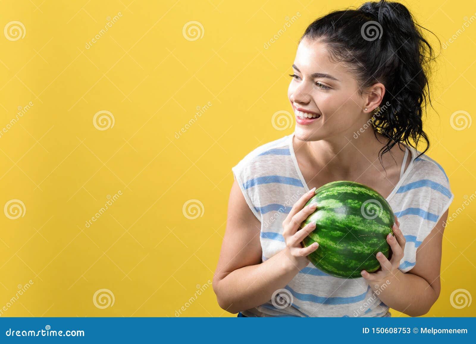 Junge Frau, die Wassermelone h?lt