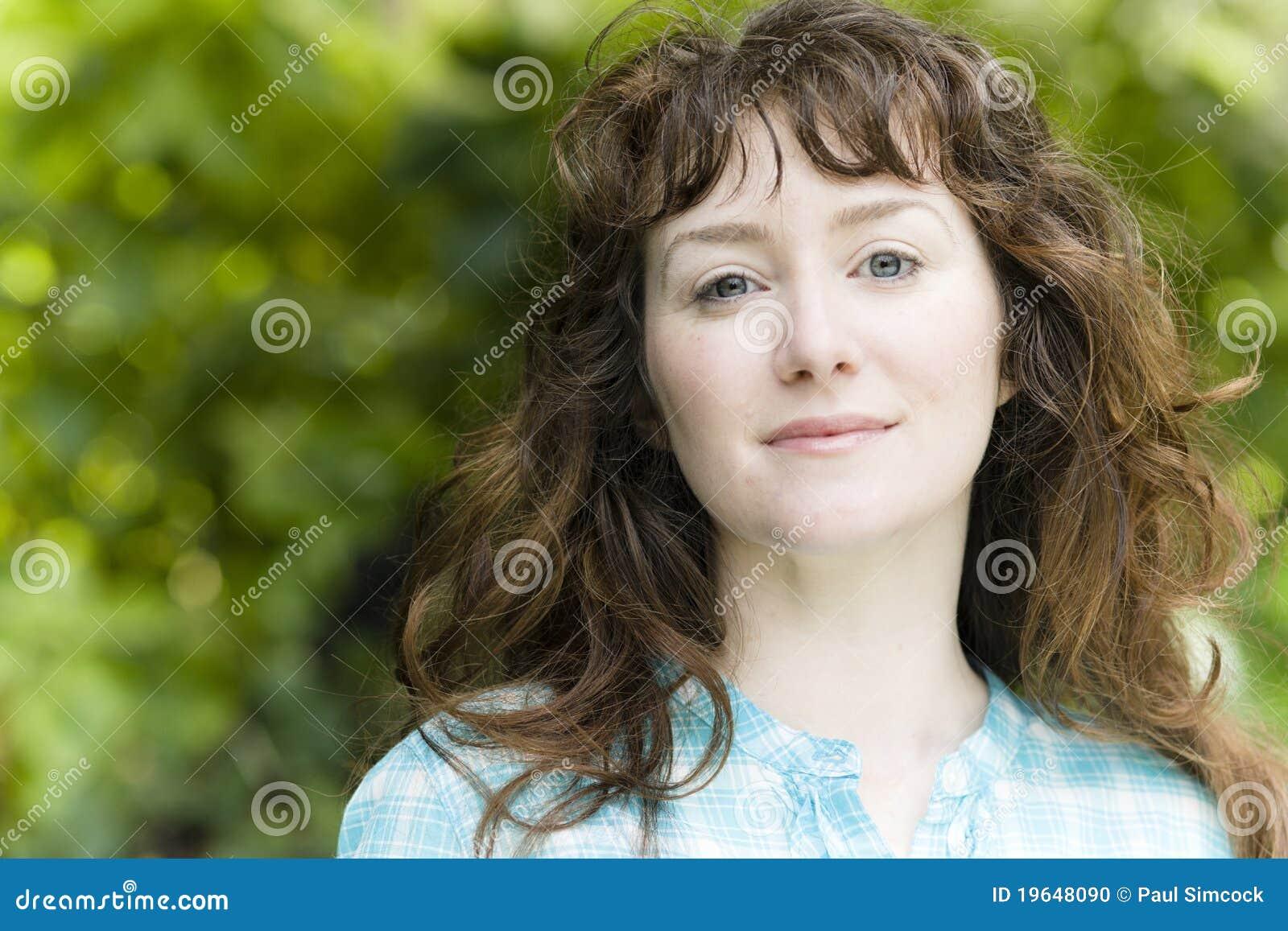Junge Frau draußen