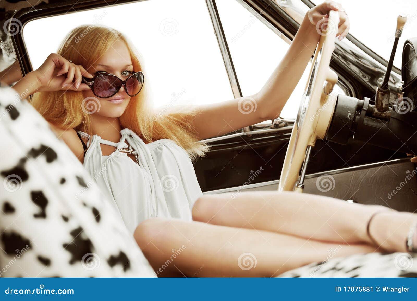 Junge Frau in einem Retro- Auto.