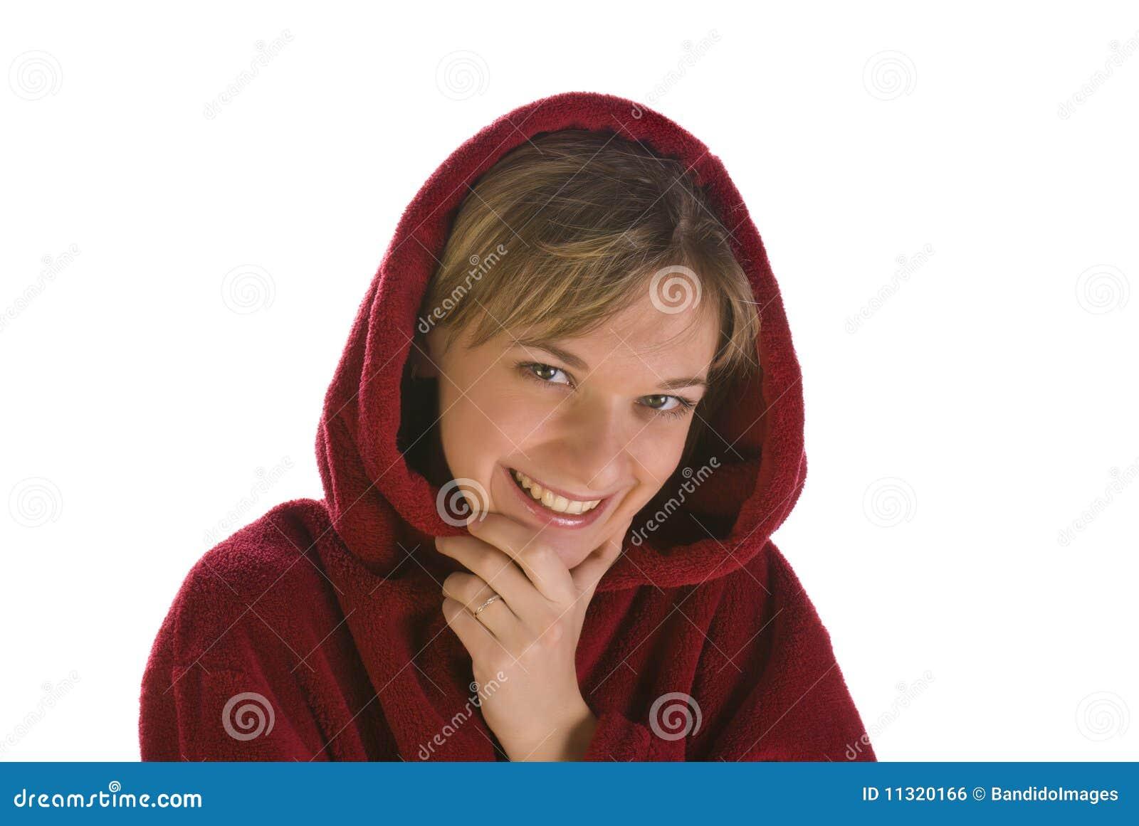 Junge Frau in einem roten Bademantellächeln