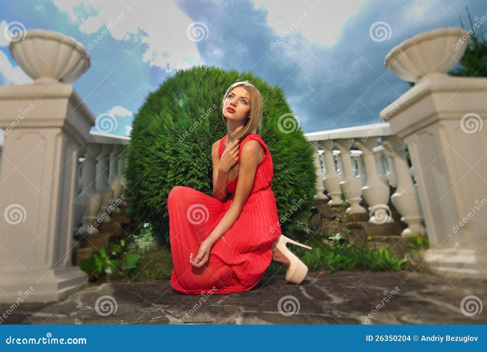 Junge Frau in einem roten Kleid