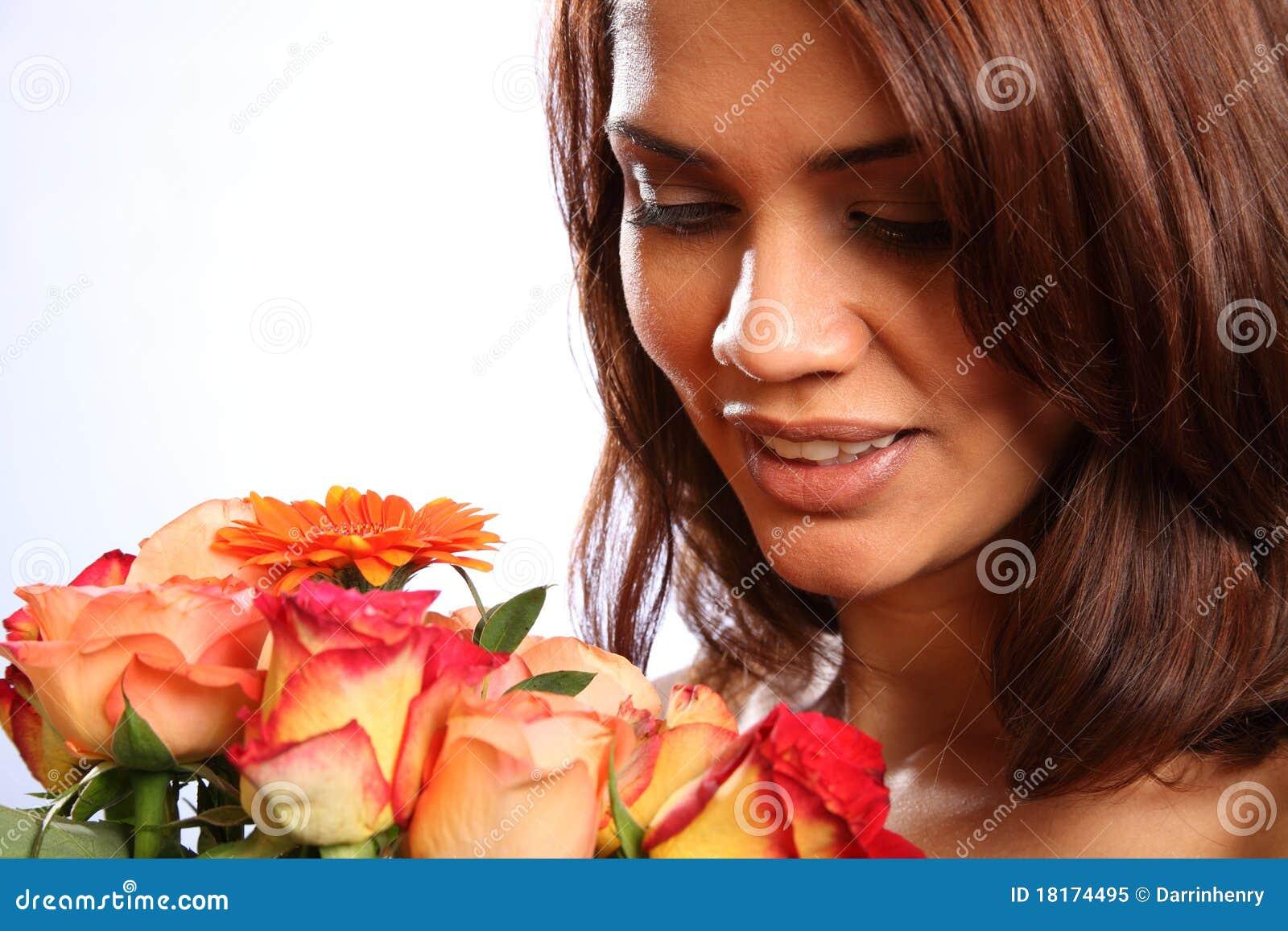 Junge Frau empfängt schönen Blumenstrauß