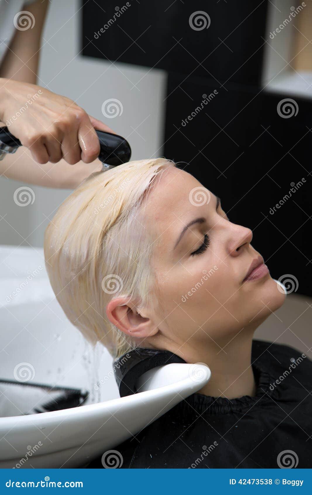 Junge Frau am Friseur