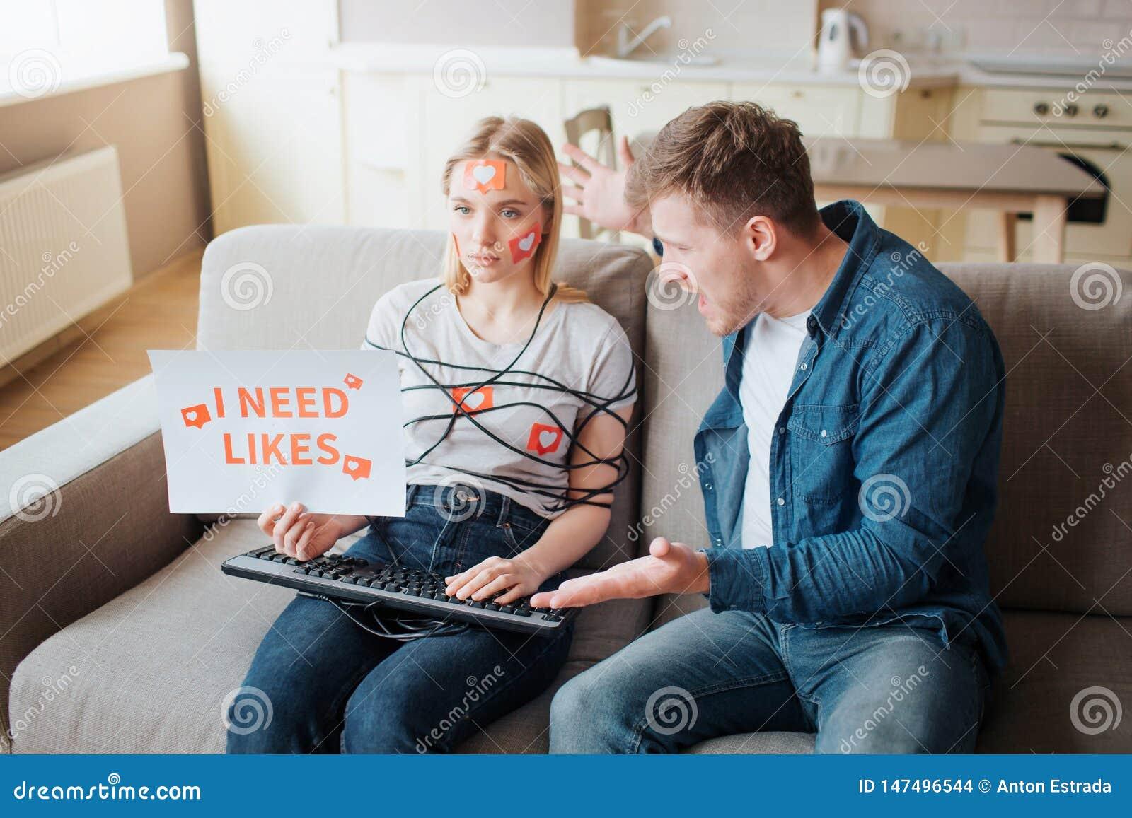 Junge Frau haben Social Media-Sucht E K?rper eingewickelt mit Schnur H?nde auf Tastatur ver?rgert