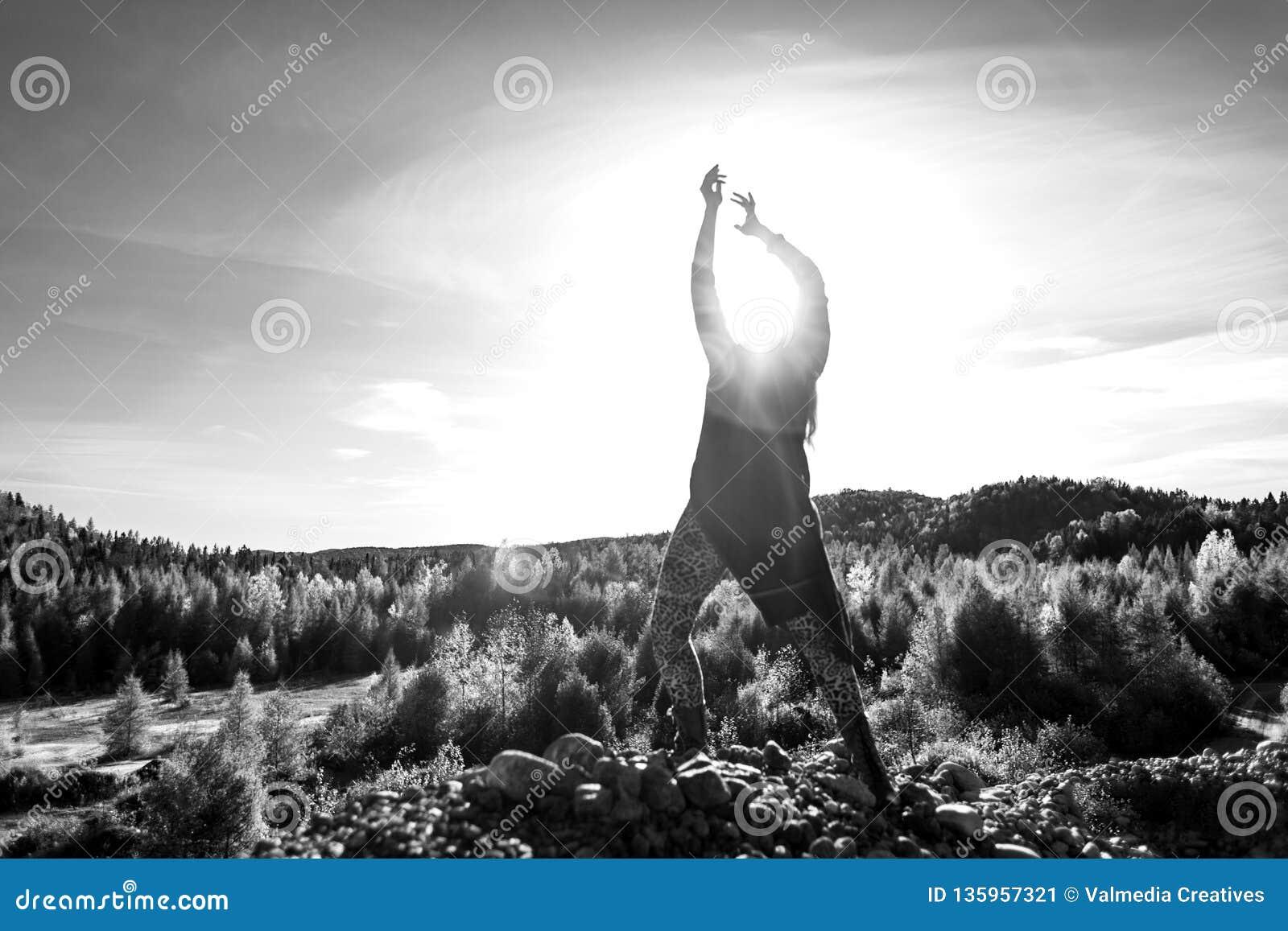 Junge Frau hebt die Sonne auf