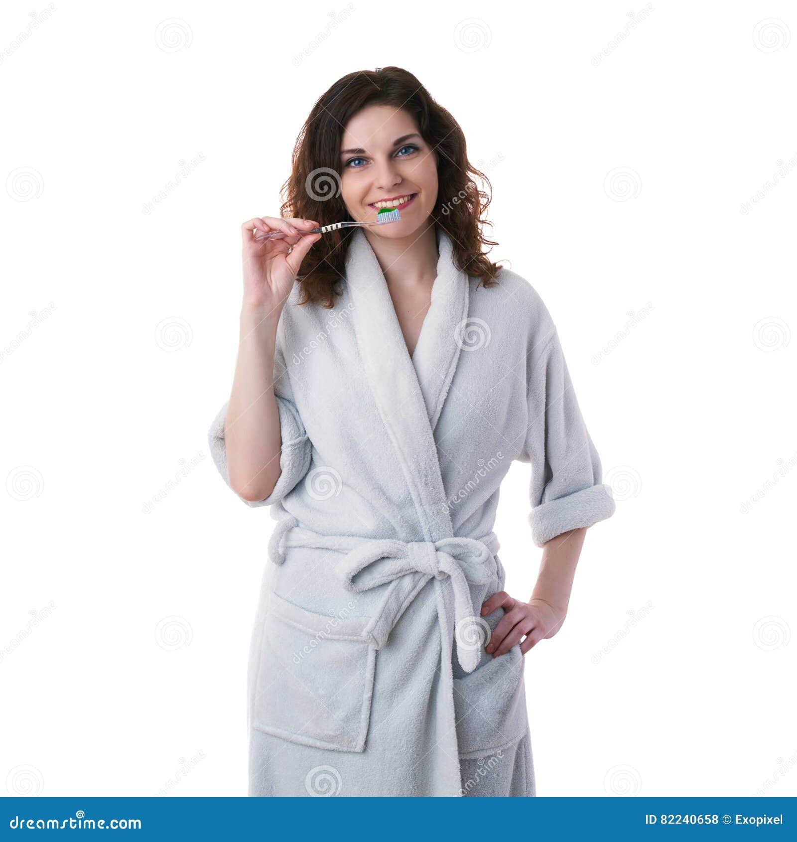 Junge Frau im Bademantel über Weiß lokalisierte Hintergrund