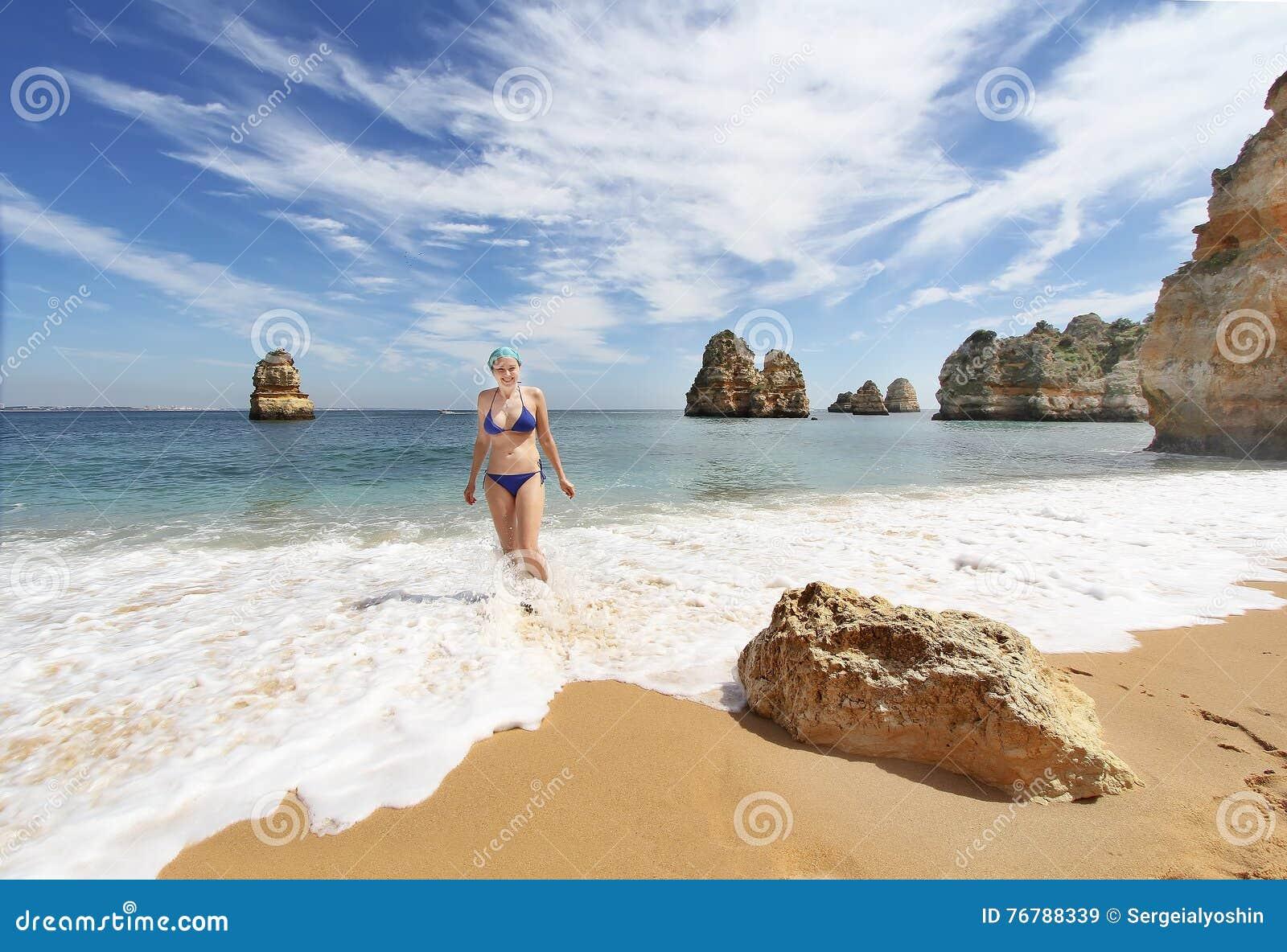 Junge Frau Im Bikini Am Felsigen Strand Bei Sonnenuntergang, Lagos ...