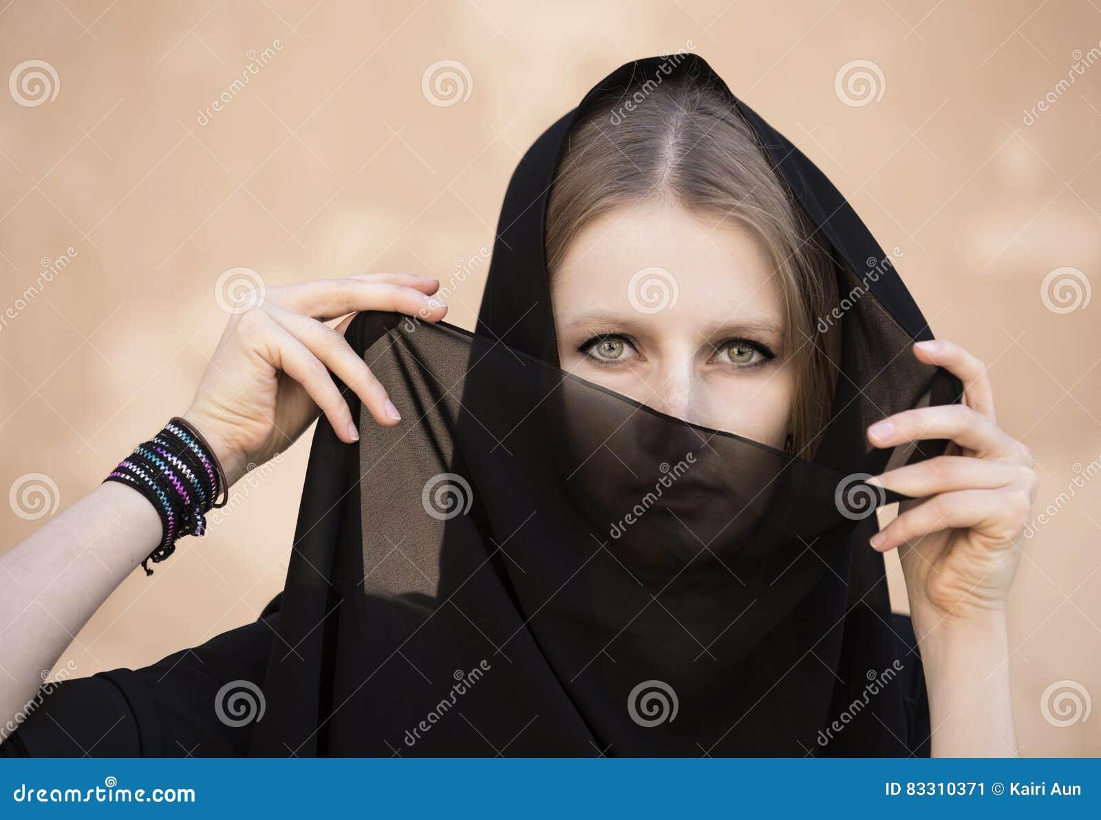 Junge Frau kleidete in traditionellem emirati Kleid in einer Wüste an