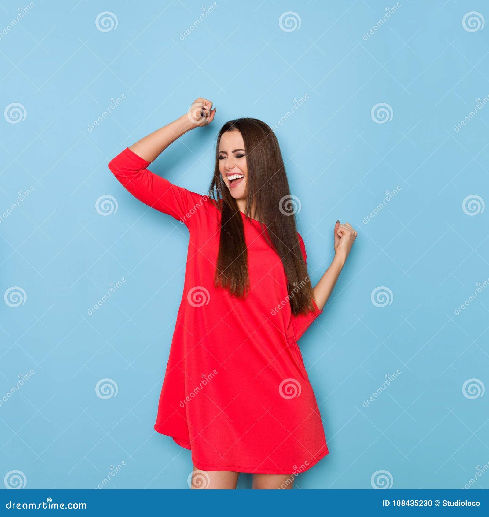 Armen Frau: Junge Frau Lacht Mit Den Angehobenen Armen Stockfoto