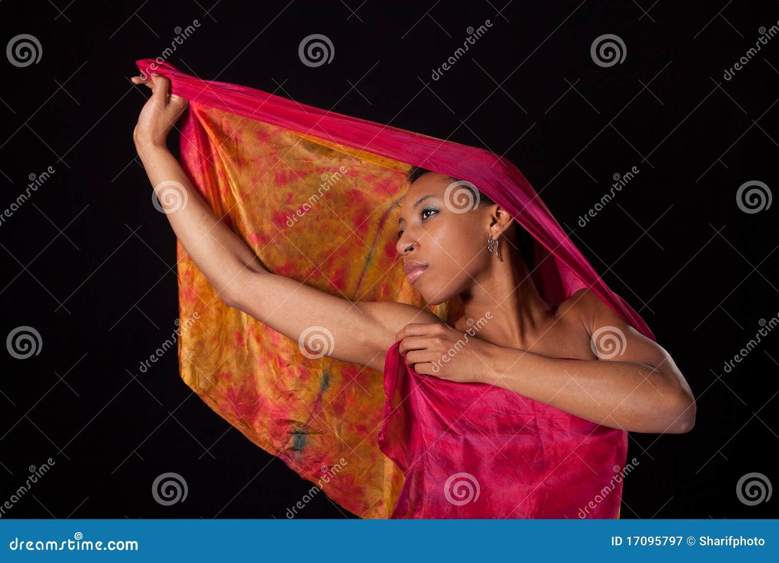 Junge Frau mit buntem Schleier
