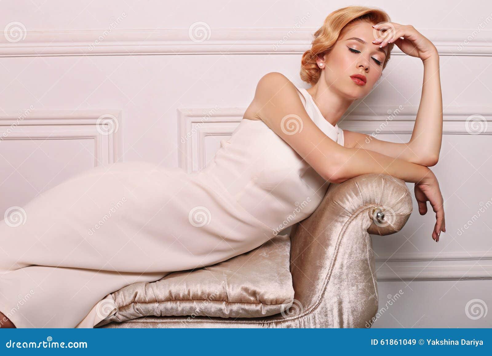 Junge Frau Mit Dem Blonden Haar Im Retrostil, Trägt Elegantes Weißes ...