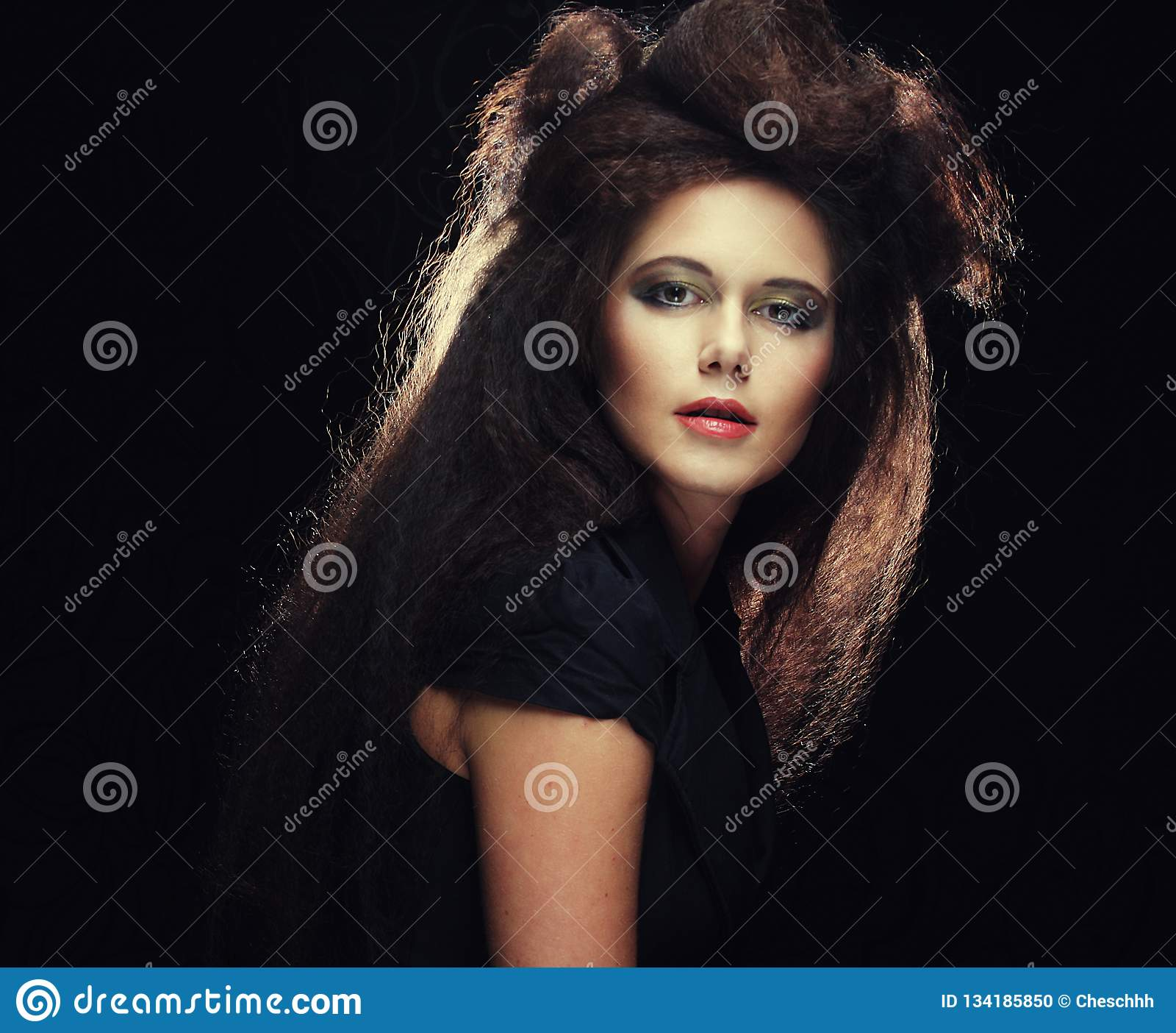 Frau Mit Gelbem Haar: Junge Frau Mit Dem Langen Farbigen Braunen Haar Und Hellem