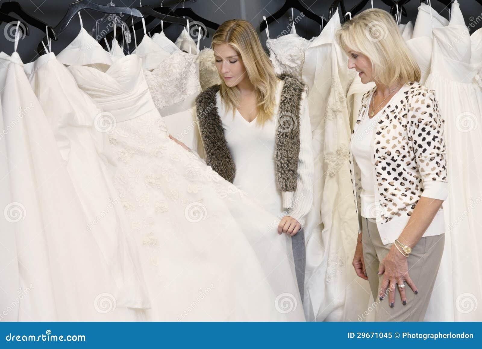 Junge Frau Mit Der älteren Mutter, Die Hochzeitskleid Im ...
