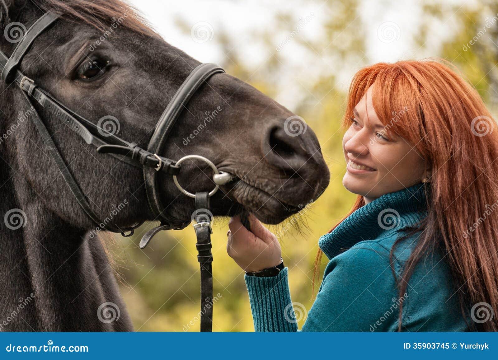 Junge Frau mit einem Pferd stockbild. Bild von inhaber