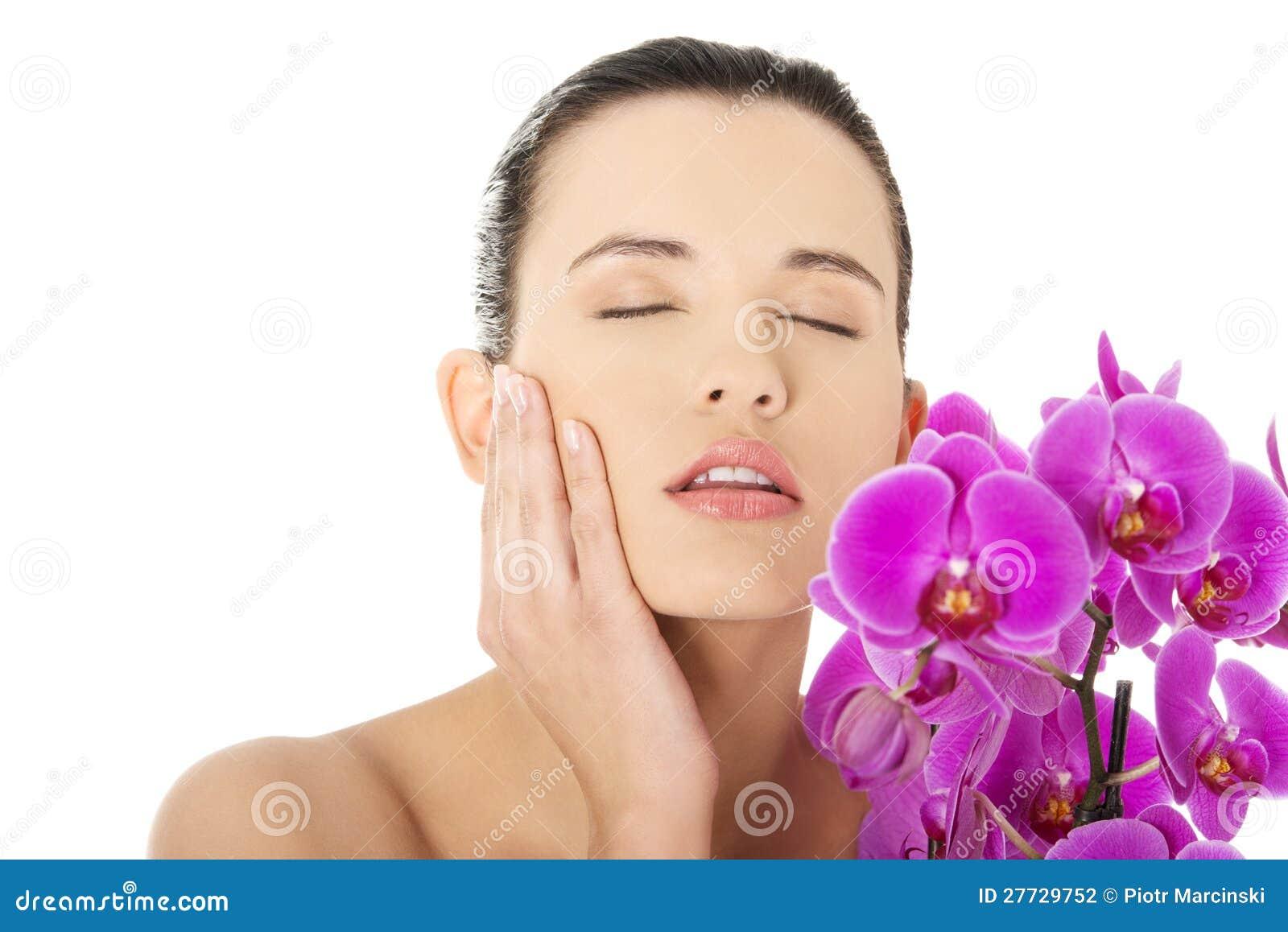 Junge Frau mit Gesundheitshaut und -orchidee
