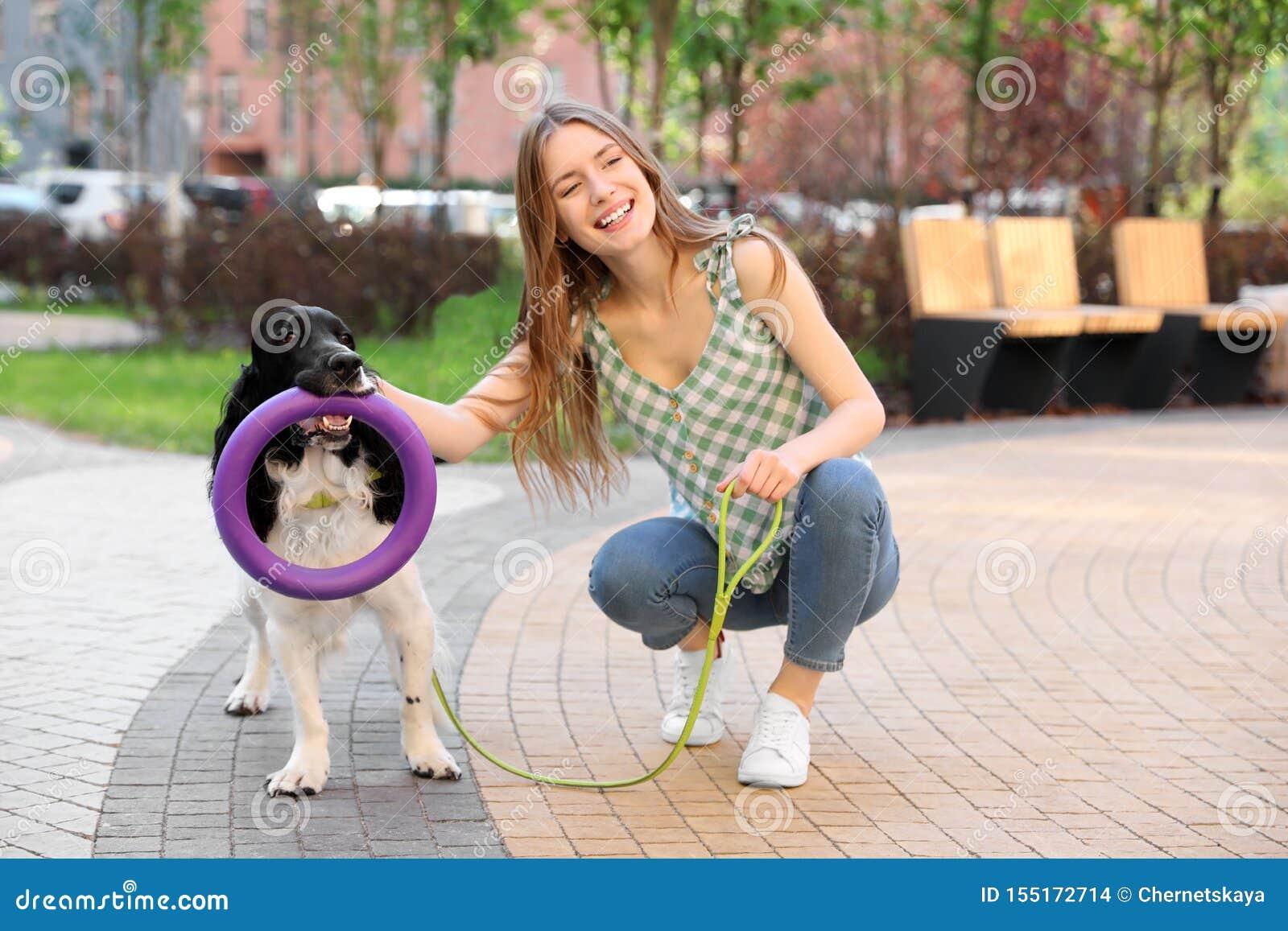 Junge Frau mit ihrem englischer Springer-Spanielhund