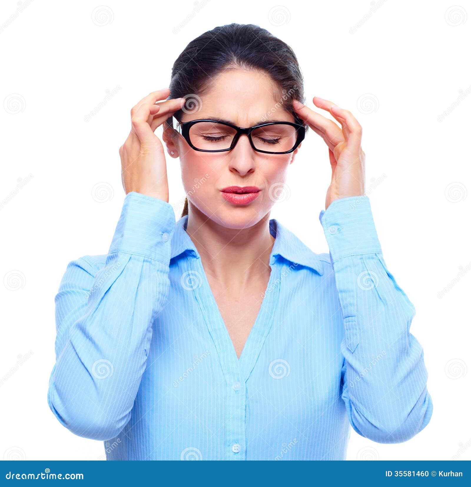 Junge Frau mit Kopfschmerzen.