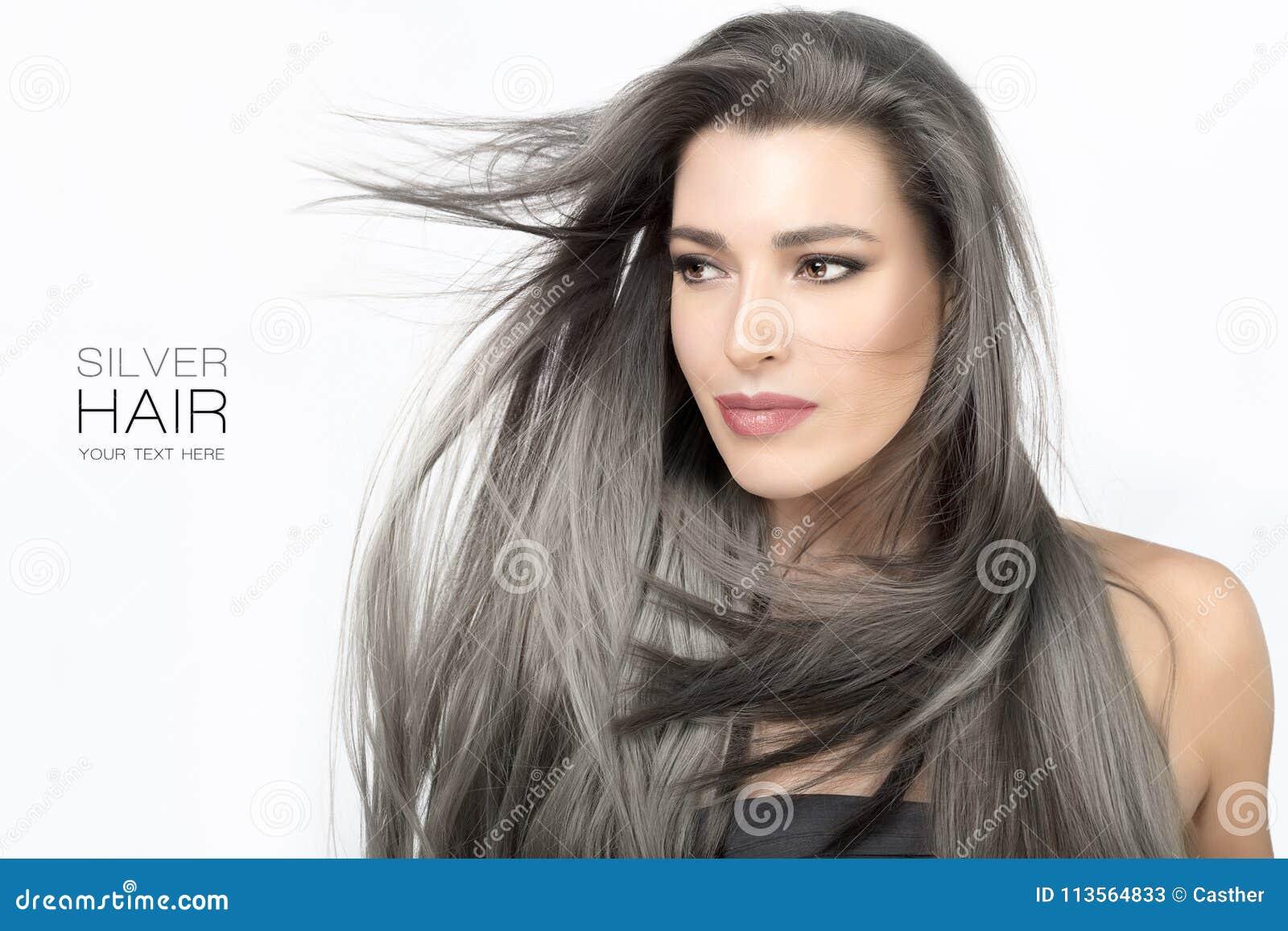 Junge Frau Mit Langem Modischem Silber Tonte Haar Ab Stockbild