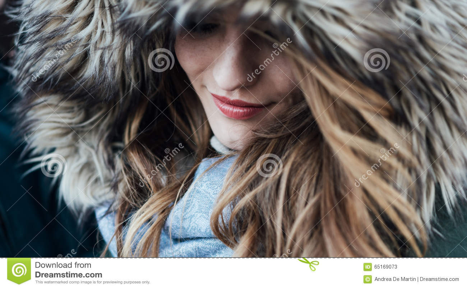 Junge Frau mit Pelzhaube