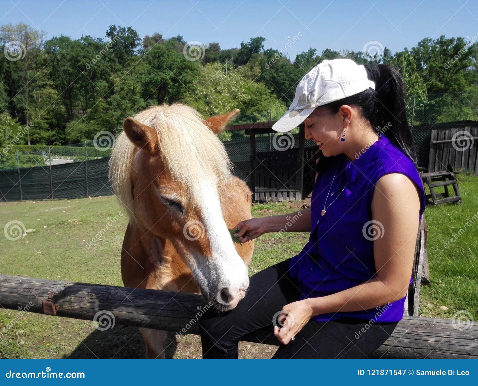 Junge Frau mit Pferd redaktionelles stockfotografie. Bild