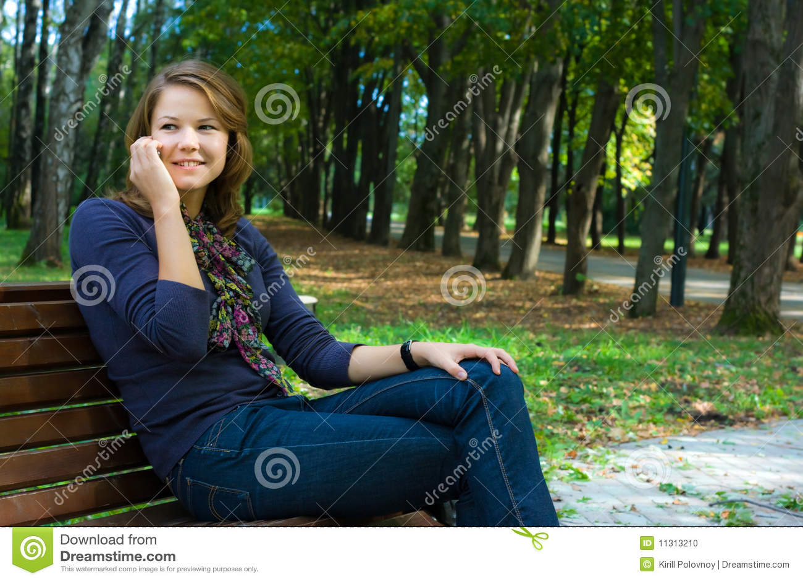 Junge Frau mit Telefon im Park